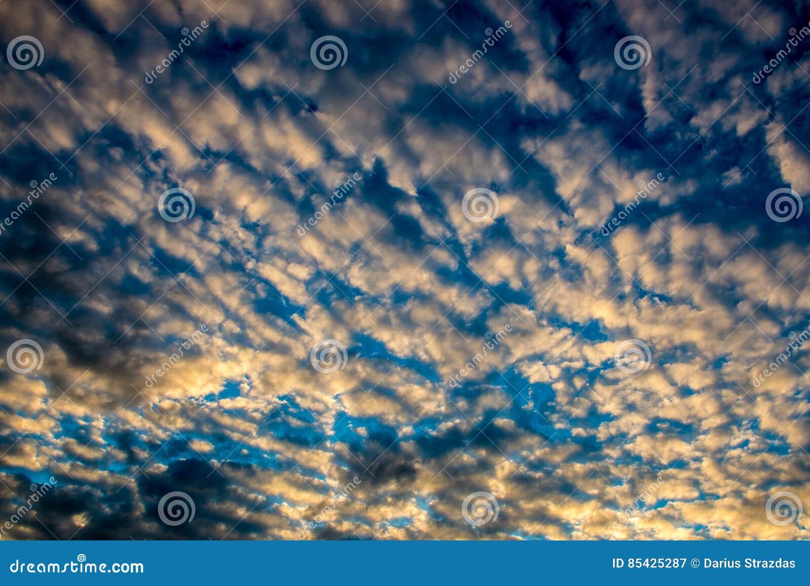 Ζωηρόχρωμος νεφελώδης ουρανός
