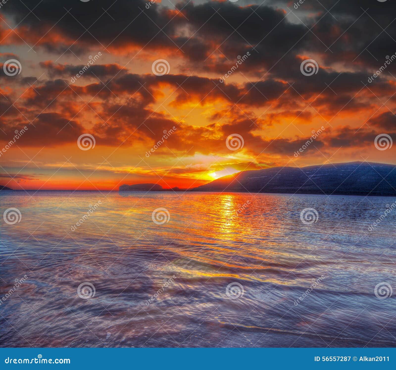 Download Ζωηρόχρωμος ουρανός πέρα από την παραλία Mugoni Στοκ Εικόνα - εικόνα από βράδυ, νεφελώδης: 56557287