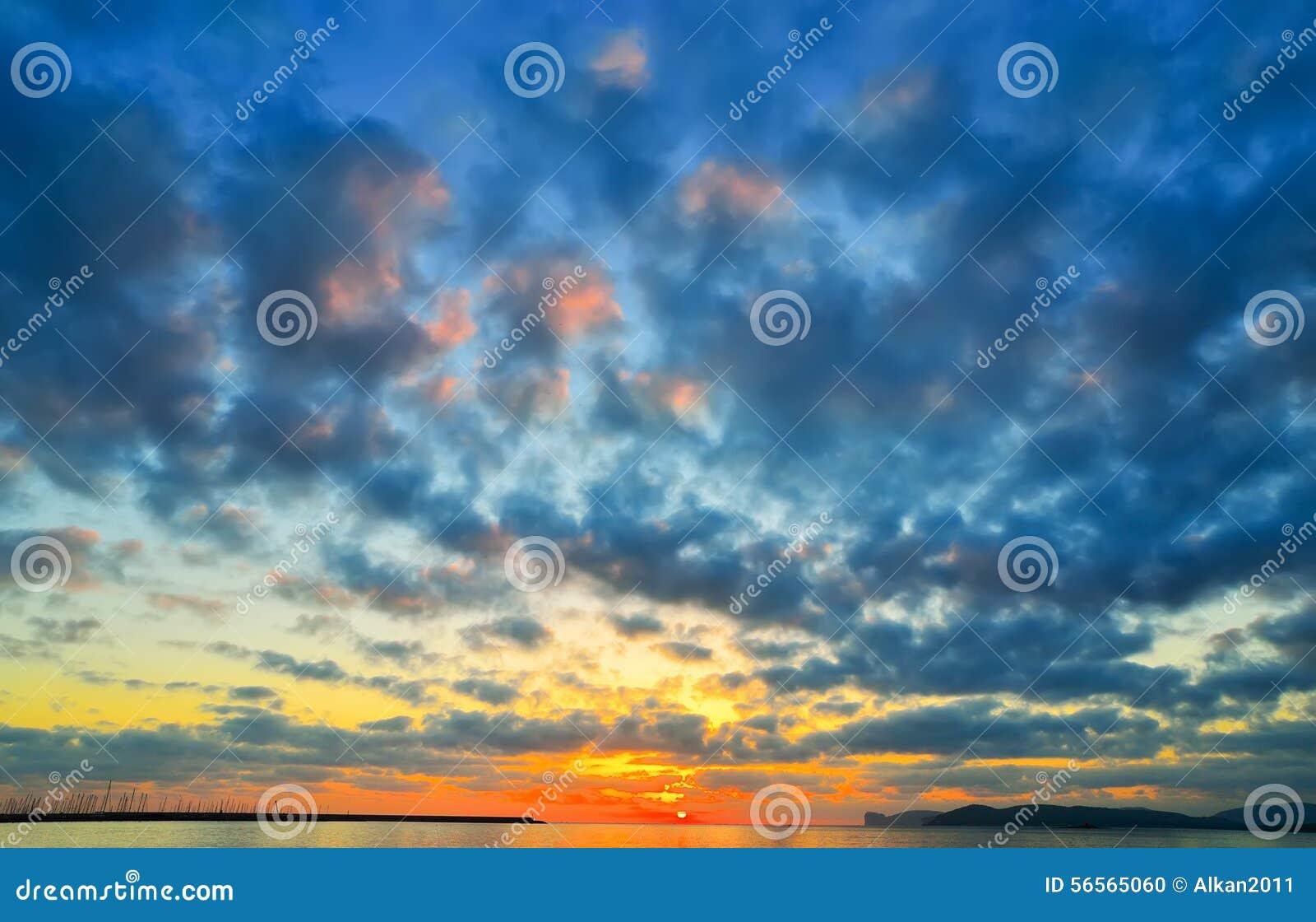 Download Ζωηρόχρωμος ουρανός πέρα από το λιμάνι Alghero στο ηλιοβασίλεμα, Στοκ Εικόνες - εικόνα από δραματικός, λιμένας: 56565060