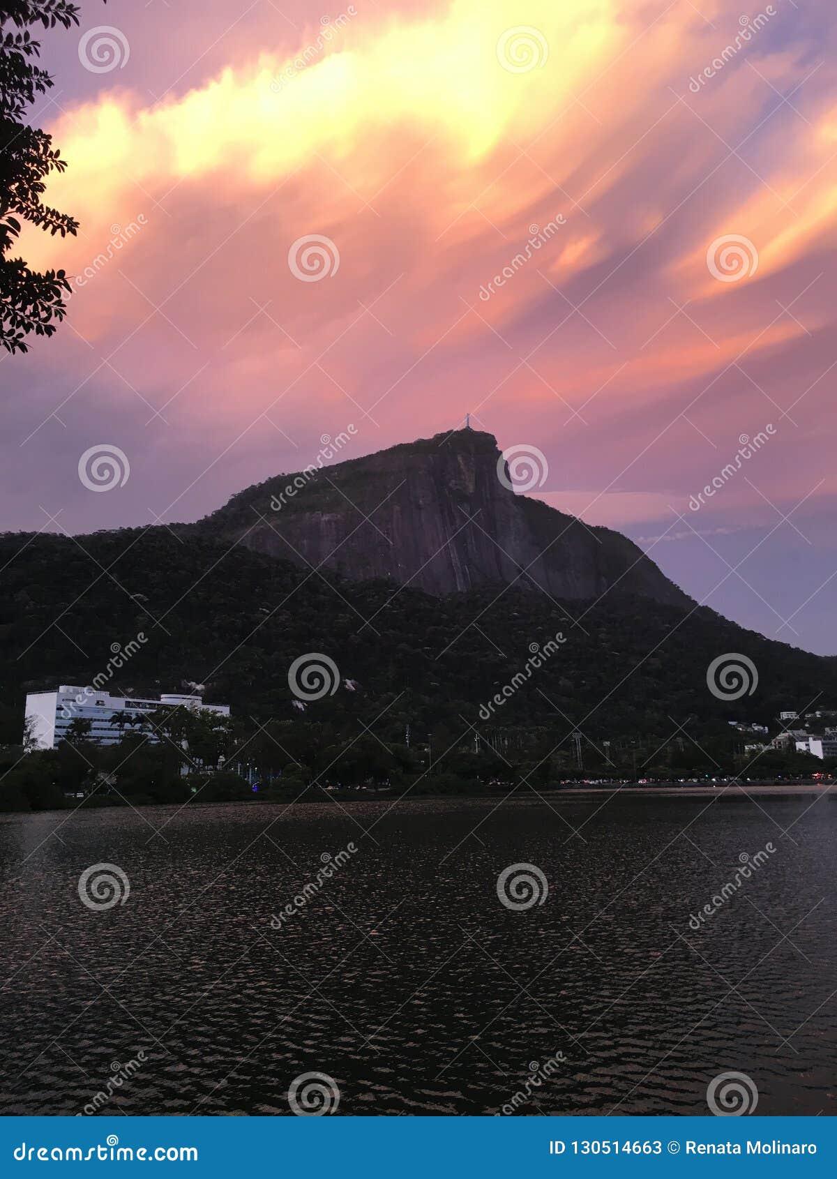 Ζωηρόχρωμο ηλιοβασίλεμα κάτω από Χριστό ο απελευθερωτής στο Ρίο ντε Τζανέιρο - Βραζιλία