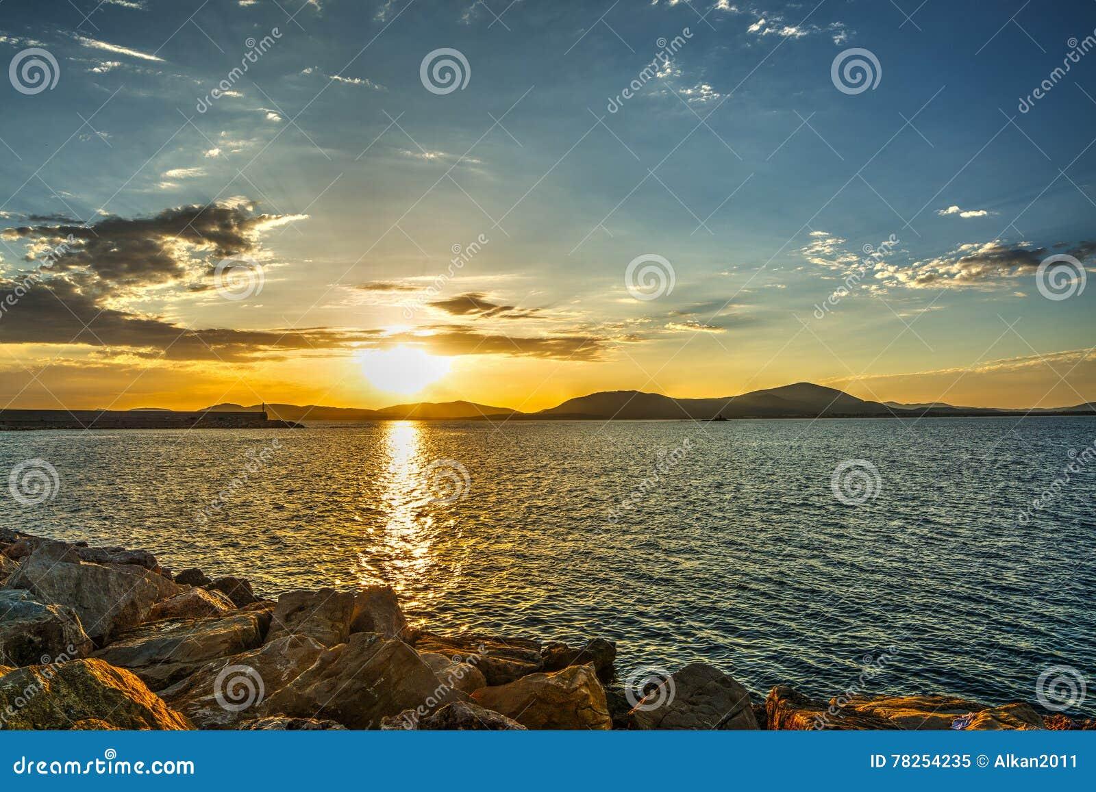 Ζωηρόχρωμο ηλιοβασίλεμα στο λιμάνι Alghero