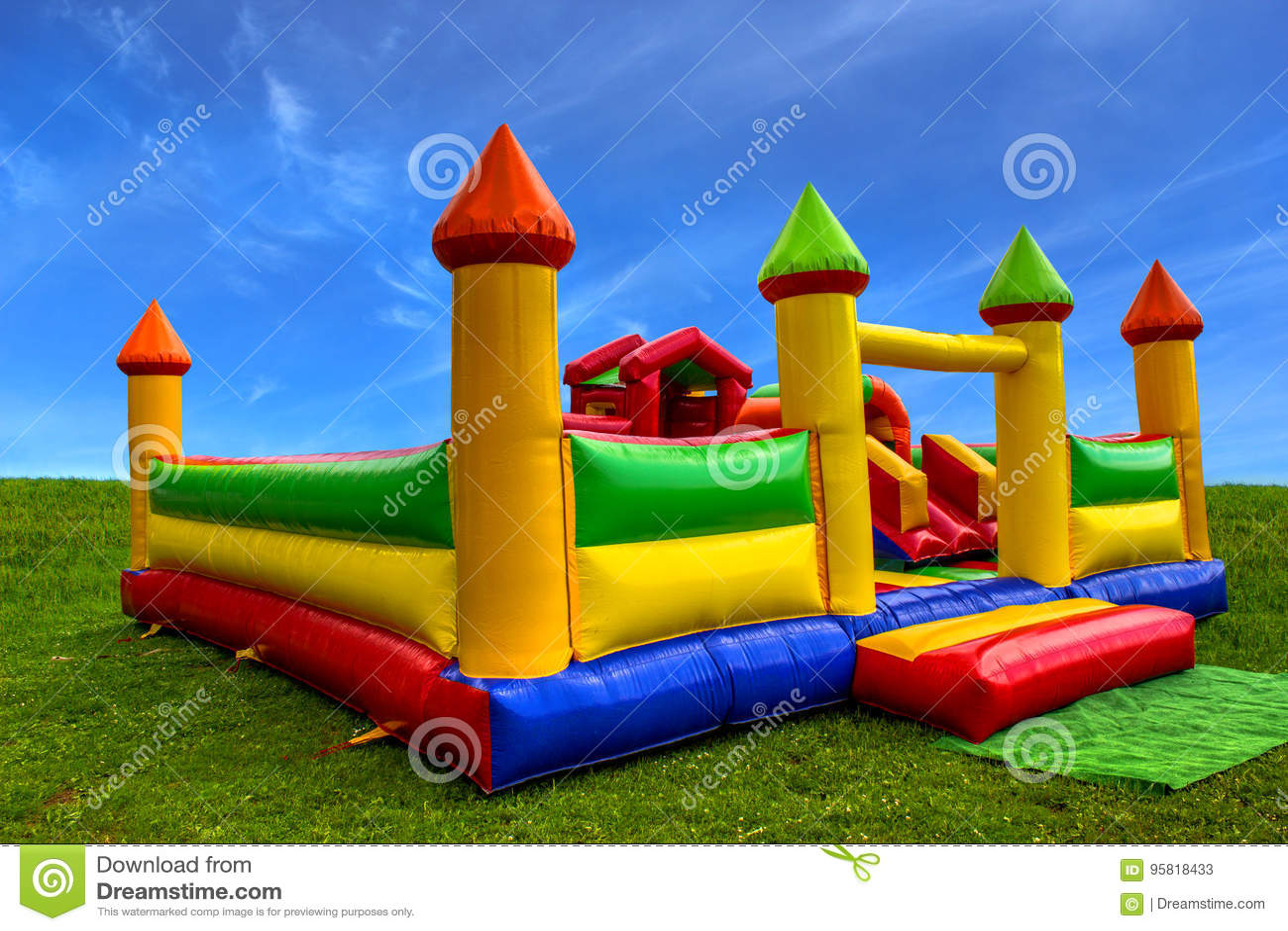 bb8eaa1022d Ζωηρόχρωμο διογκώσιμο κάστρο για παιδιά Στοκ Εικόνα - εικόνα από ...