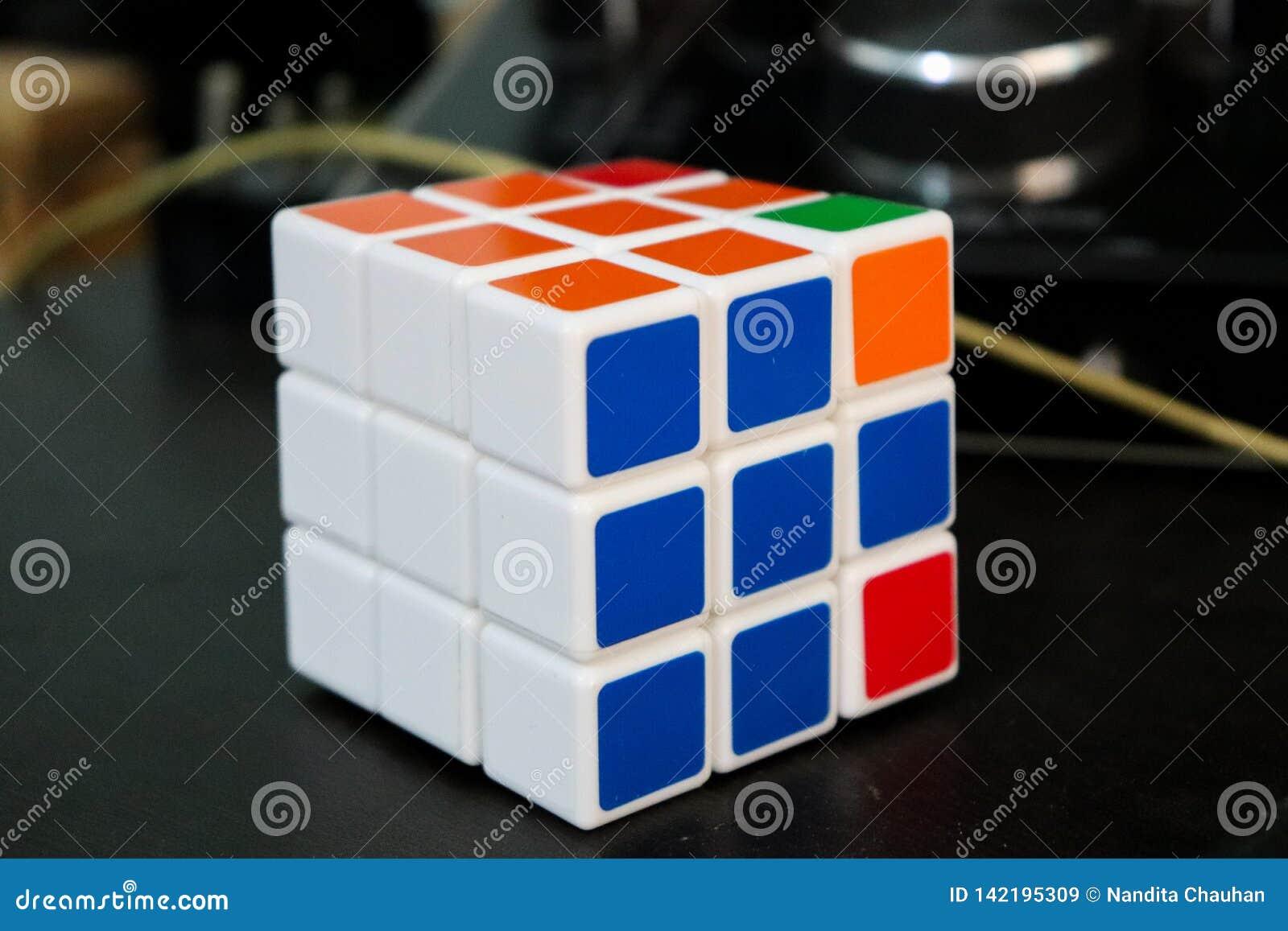 Ζωηρόχρωμο rubik& x27 παιχνίδι κύβων του s