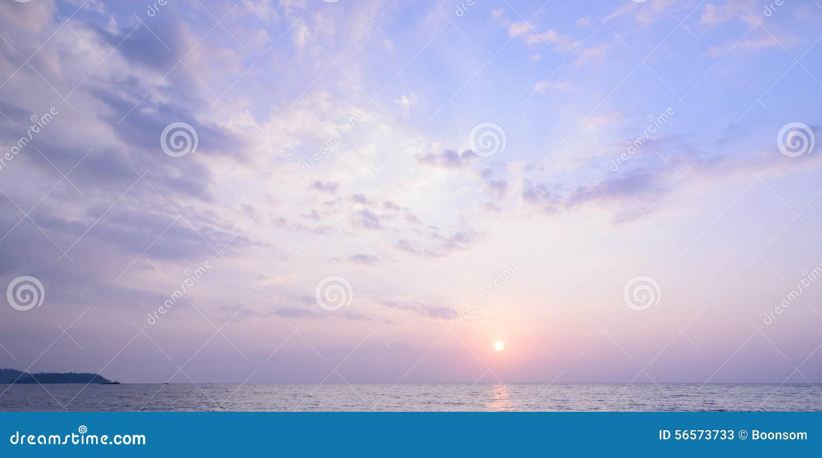 Download Ζωηρόχρωμο Seascape ηλιοβασίλεμα στην Ταϊλάνδη Στοκ Εικόνα - εικόνα από ήλιος, λόφος: 56573733