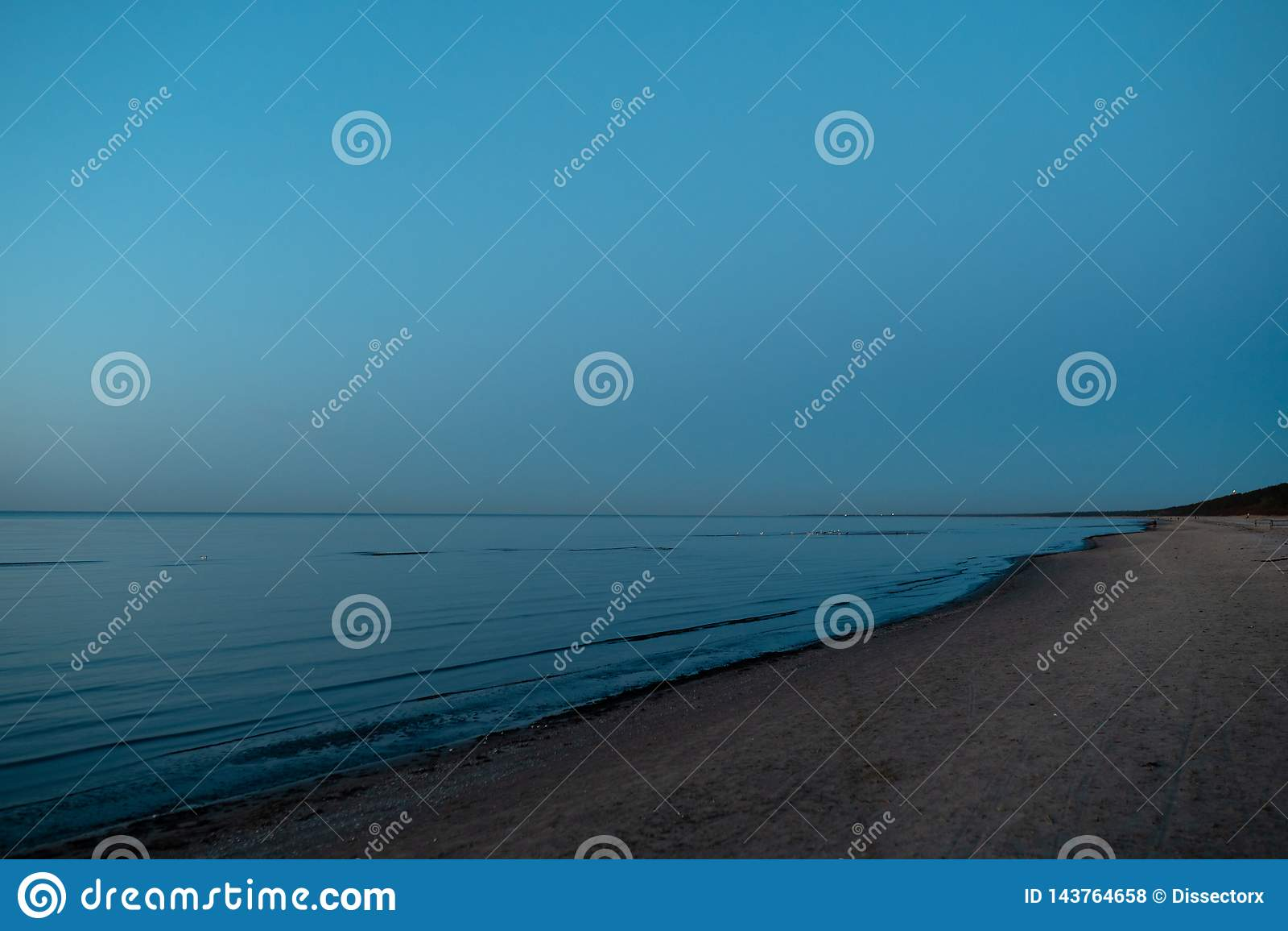Ζωηρό καταπληκτικό ηλιοβασίλεμα στα κράτη της Βαλτικής - το σούρουπο στη θάλασσα με τον ορίζοντα φωτίζει από τον ήλιο
