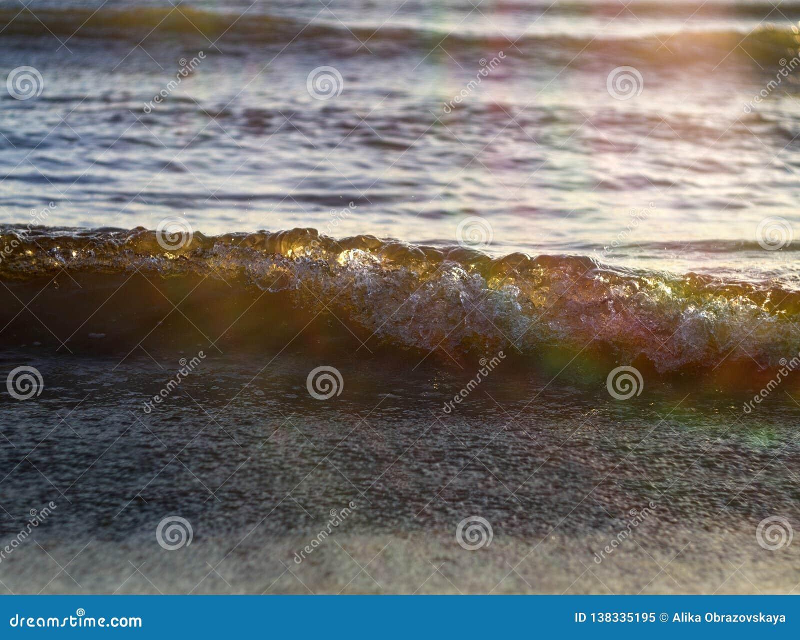 Ηλέκτρινα κύματα στη θάλασσα της Βαλτικής στο ηλιοβασίλεμα σε Klaipeda, Λιθουανία