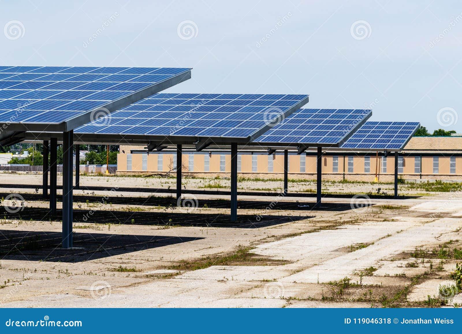 Ηλιακές θερμικές επίπεδες οθόνες που παρέχουν τη σκιά σε έναν χώρο στάθμευσης Πολλές επιχειρήσεις εγκαθιστούν τις ανανεωμένες πηγ