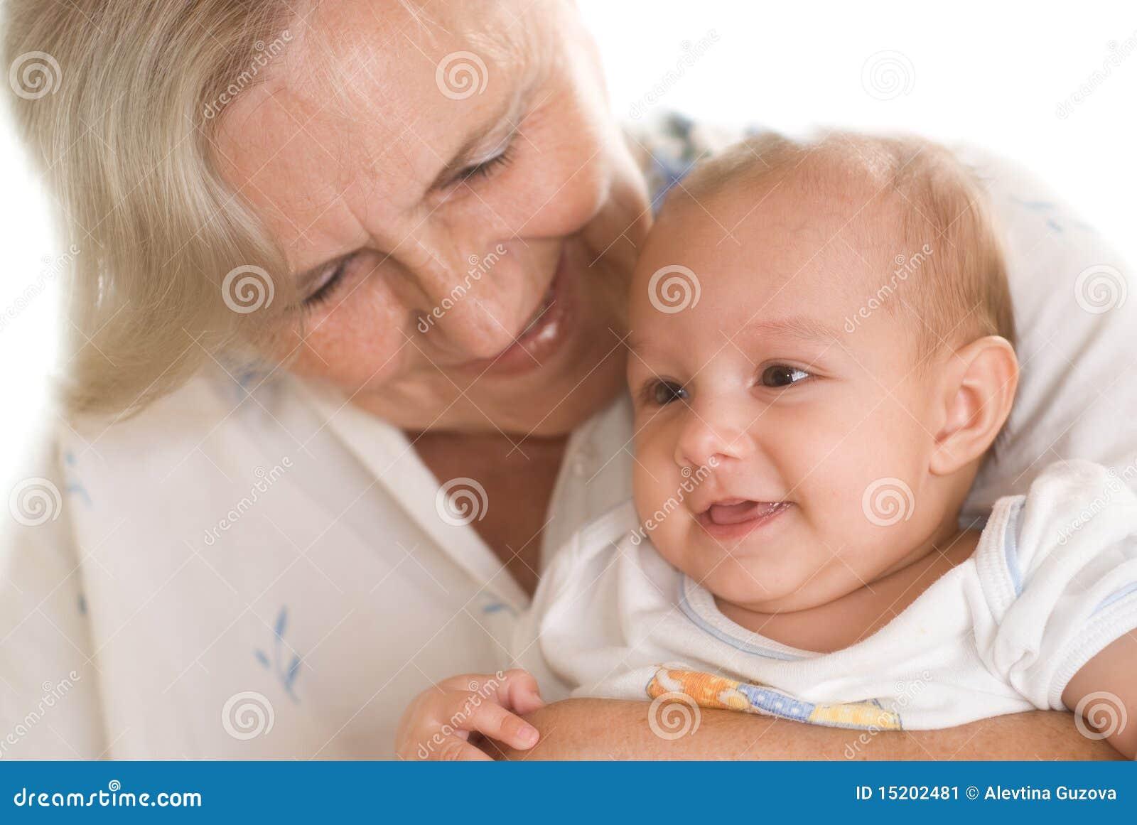 Ηλικιωμένη γυναίκα που κρατά έναν νεογέννητο