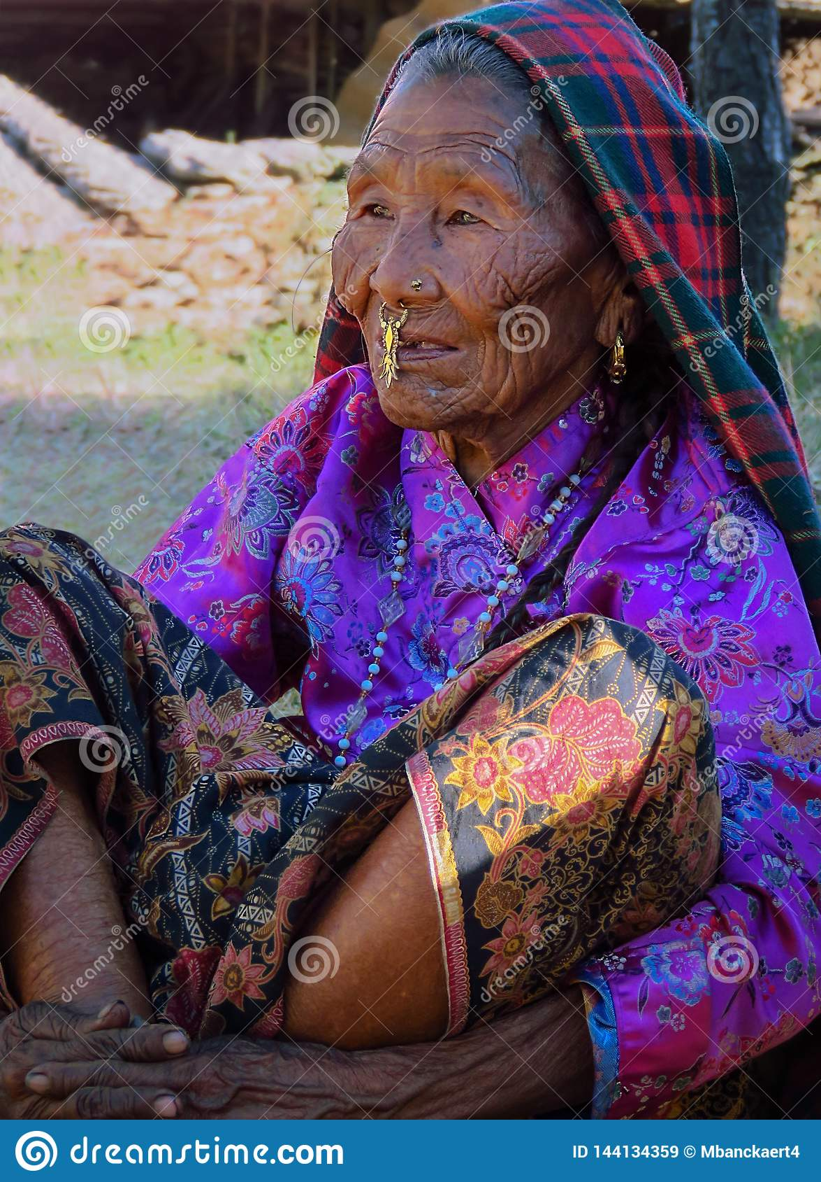 Ηλικιωμένη γυναίκα Rai με το ζαρωμένο πρόσωπο στο παραδοσιακές φόρεμα και τις διακοσμήσεις