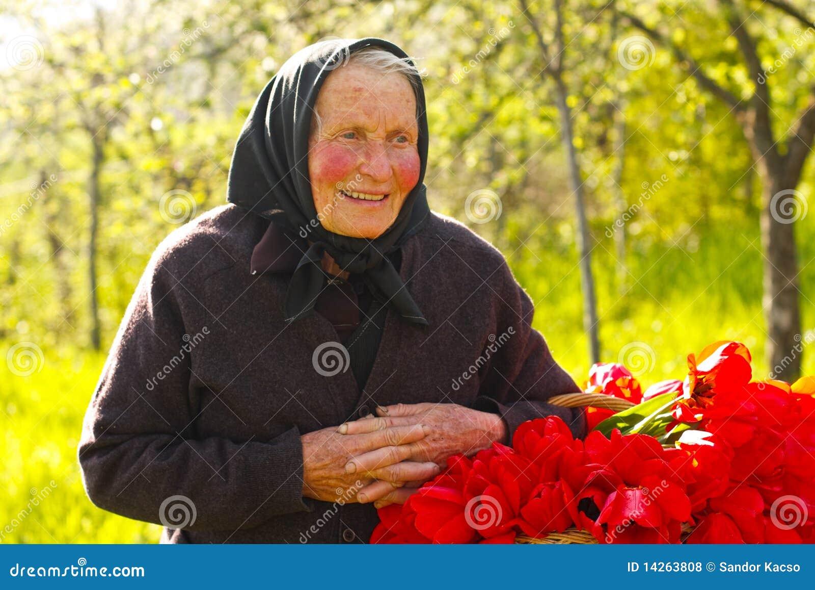 ηλικιωμένη ευτυχής γυναί&