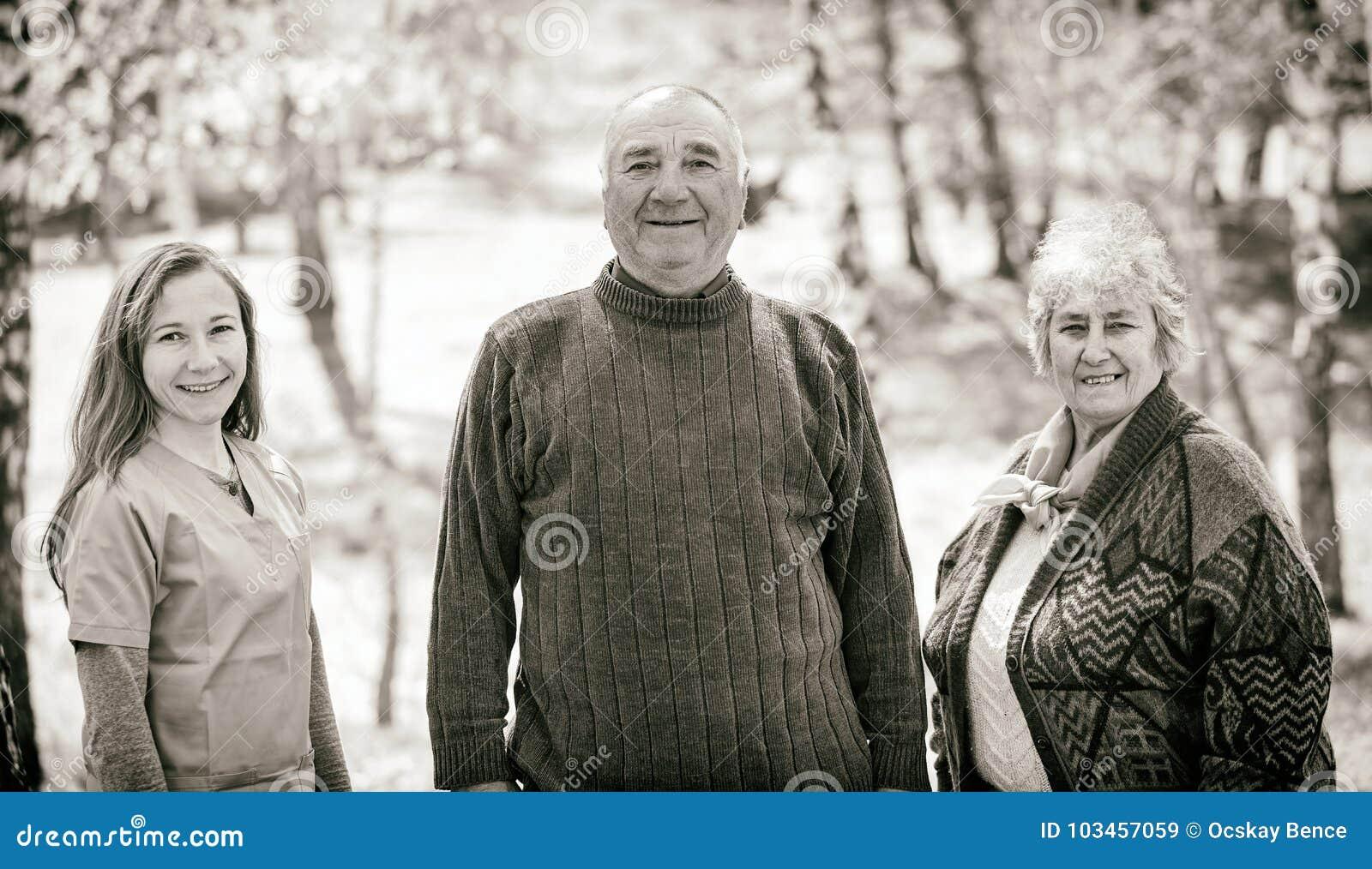 Ηλικιωμένο ζεύγος και νέο caregiver