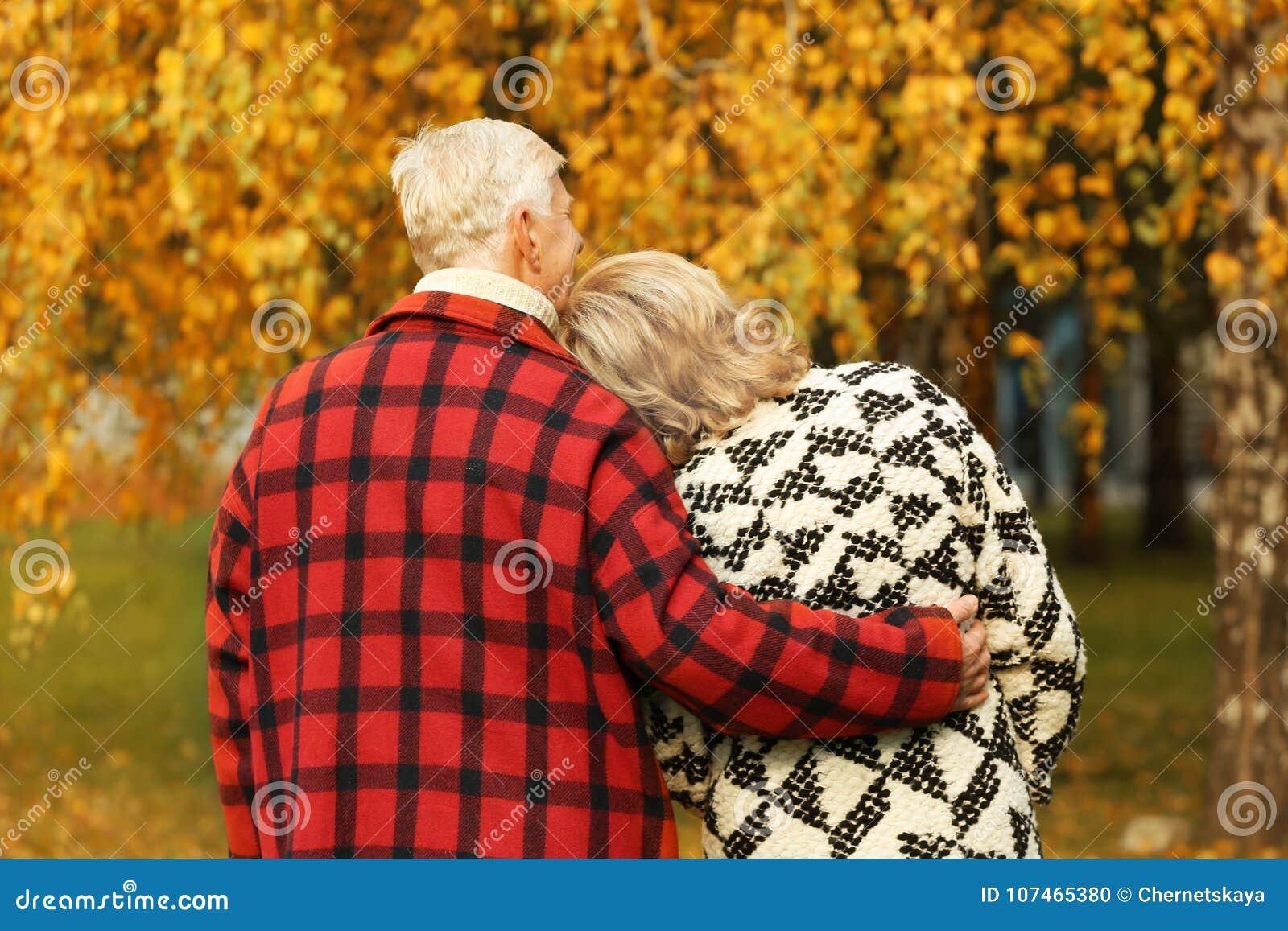 Ηλικιωμένο ζεύγος στο πάρκο