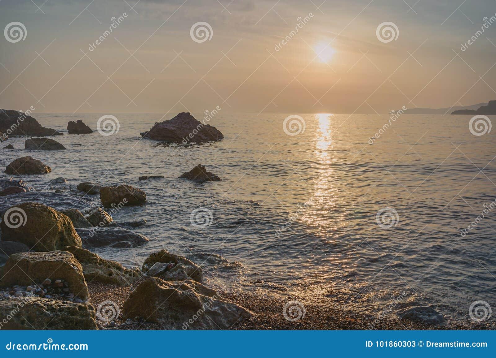 Ηλιοβασίλεμα άνω του ST Stephen ` s στο Μαυροβούνιο