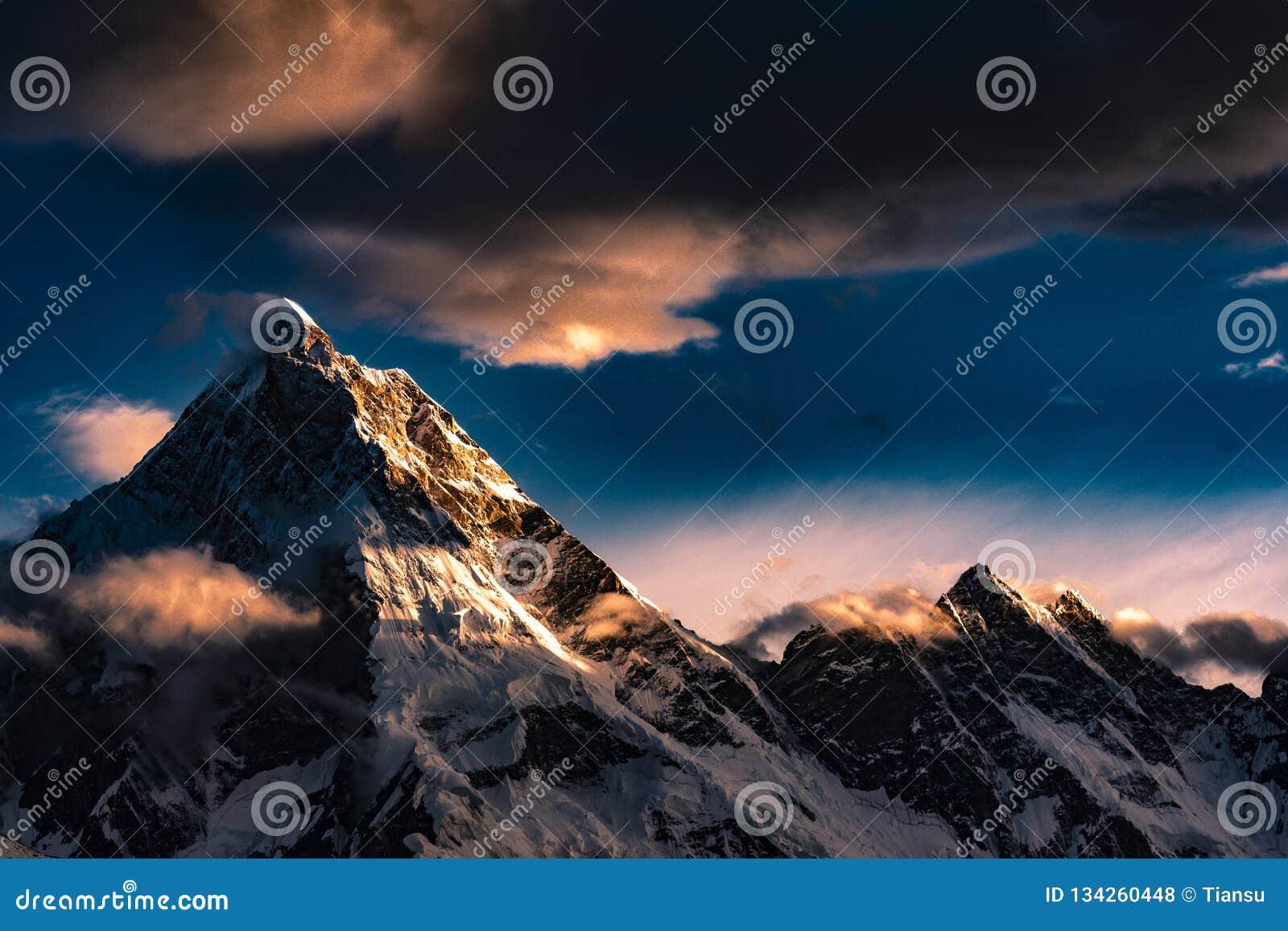 Ηλιοβασίλεμα ΑΜ Masherbrum οδοιπορίας του Πακιστάν Karakoram K2
