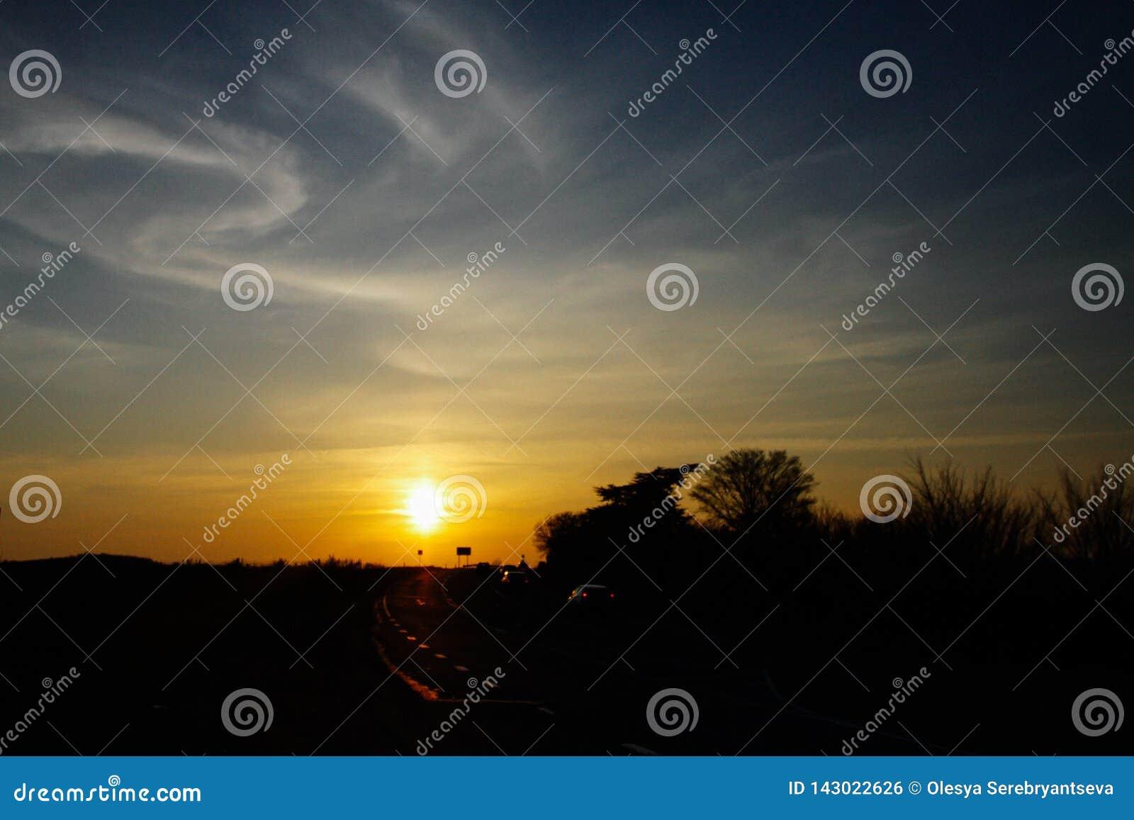 Ηλιοβασίλεμα κοντά στο δρόμο και τον όμορφο μπλε ουρανό, φυσική ομορφιά