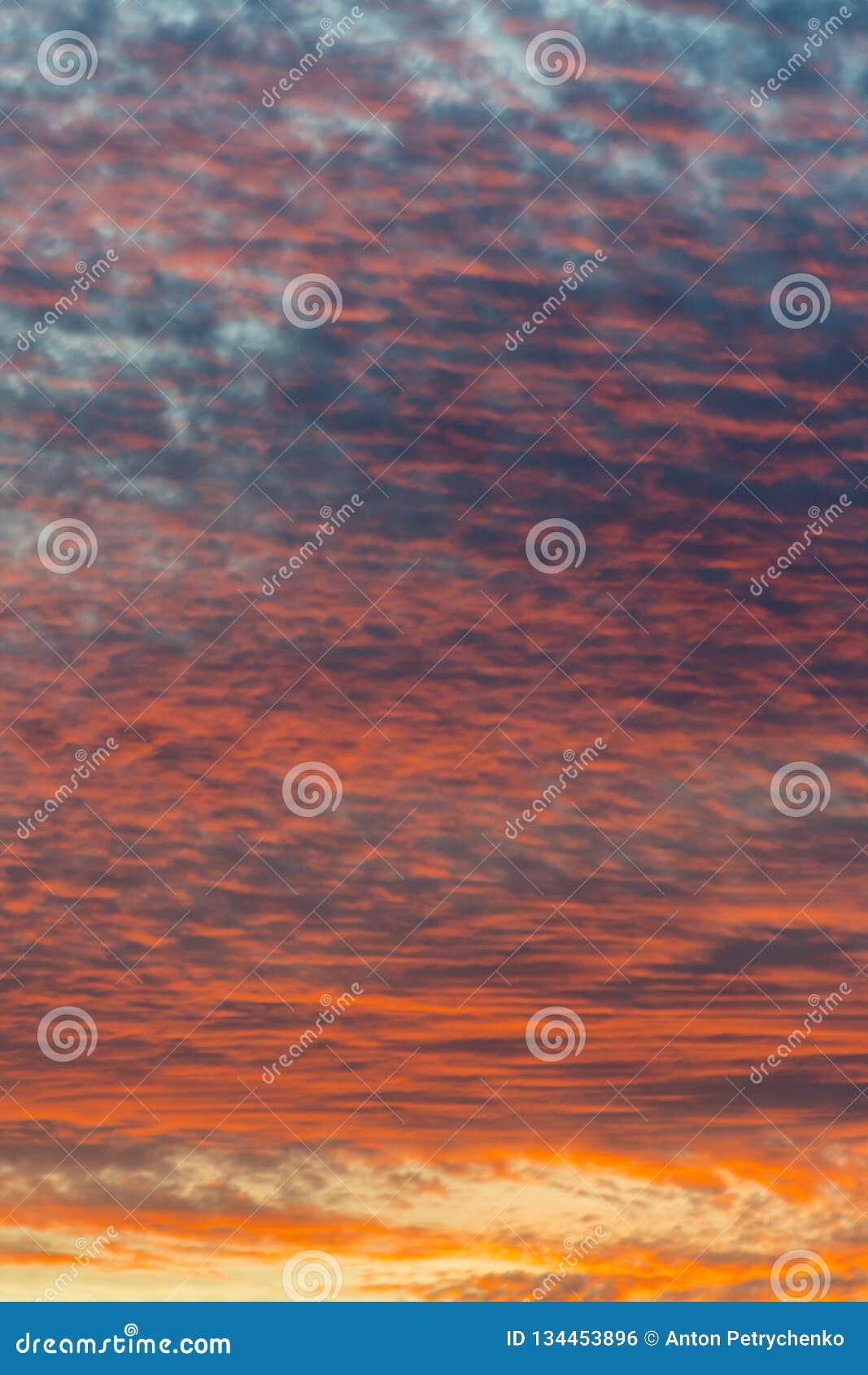 Ηλιοβασίλεμα με τον πορτοκαλή ουρανό Καυτός φωτεινός δονούμενος πορτοκαλής και κίτρινος ουρανός ηλιοβασιλέματος χρωμάτων clouds s