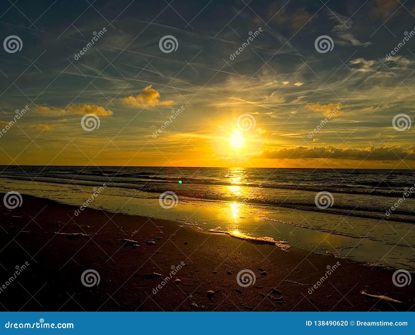 Ηλιοβασίλεμα πέρα από την ολλανδική παραλία