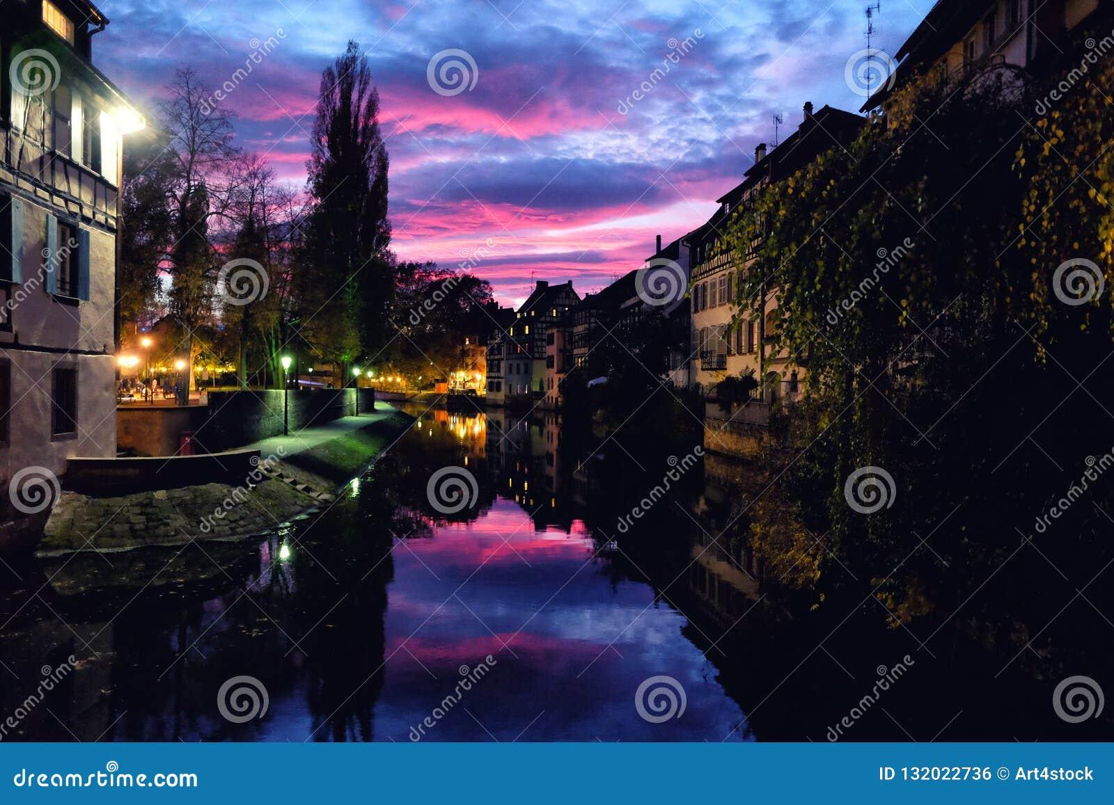 Ηλιοβασίλεμα πέρα από τη λεπτοκαμωμένη περιοχή της Γαλλίας στο Στρασβούργο, Γερμανία
