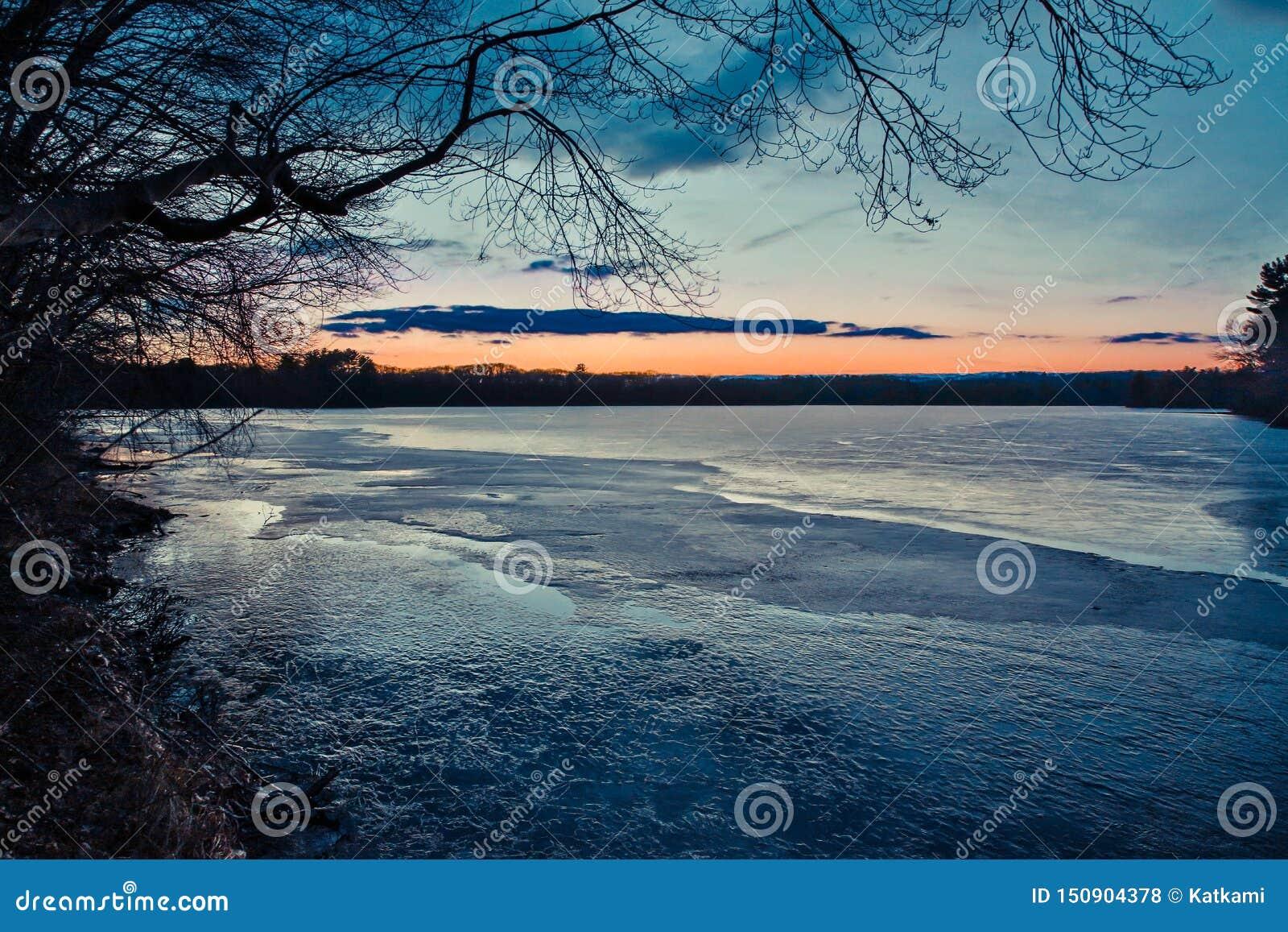 Ηλιοβασίλεμα σε μια λίμνη σε Marlborough, Μασαχουσέτη