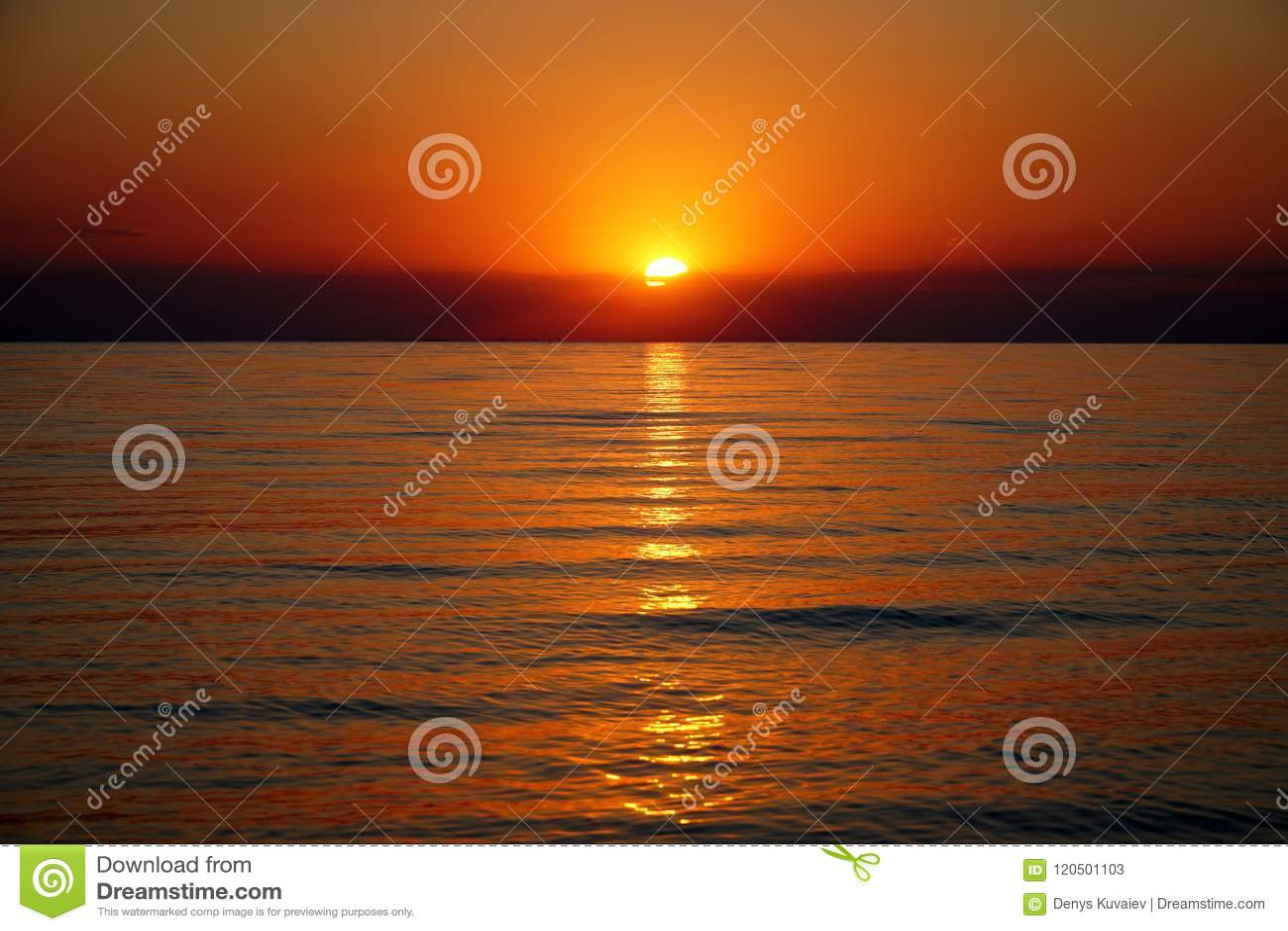 Ηλιοβασίλεμα στην παραλία θάλασσας