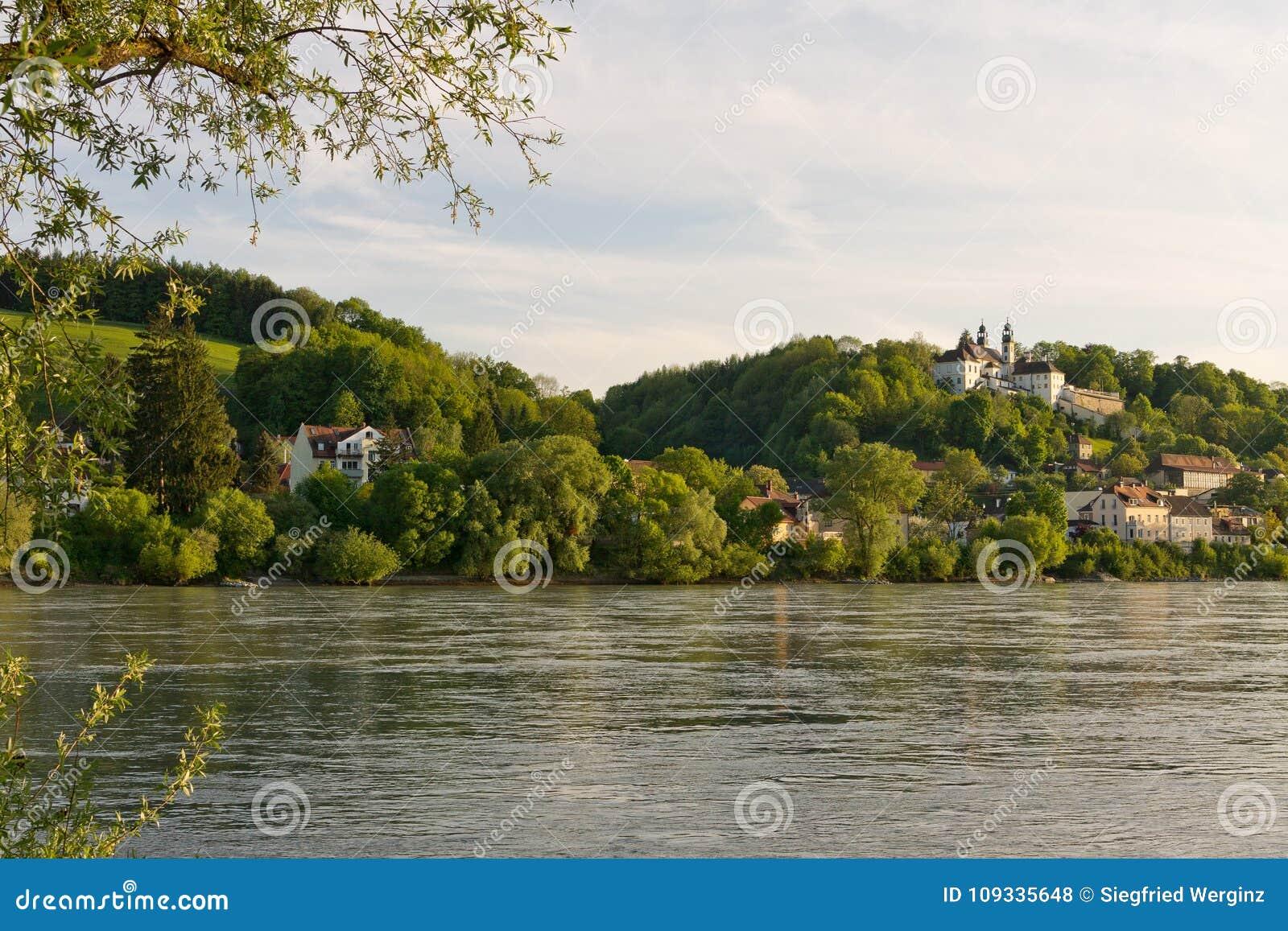 Ηλιοβασίλεμα του Πάσσαου Βαυαρία τράπεζας Δούναβη