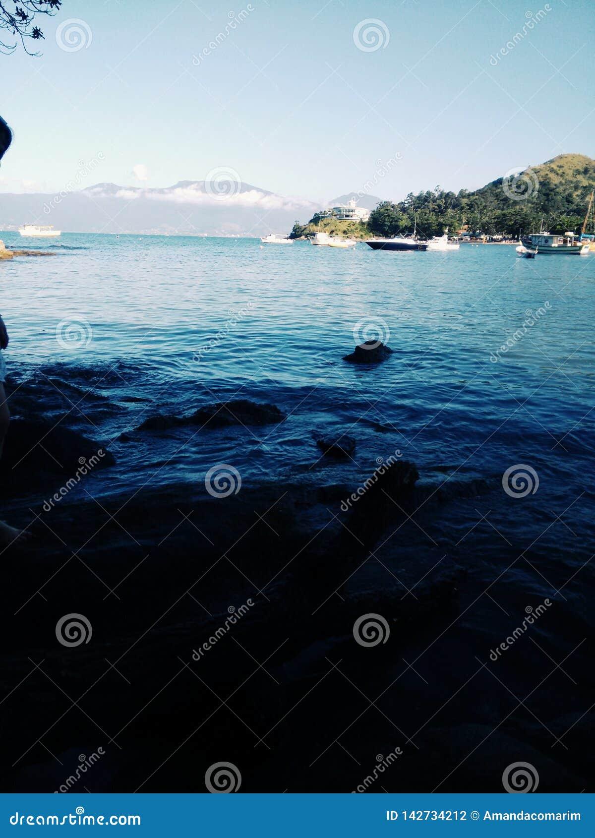 Μπλε ακτή με τις βάρκες στη Βραζιλία