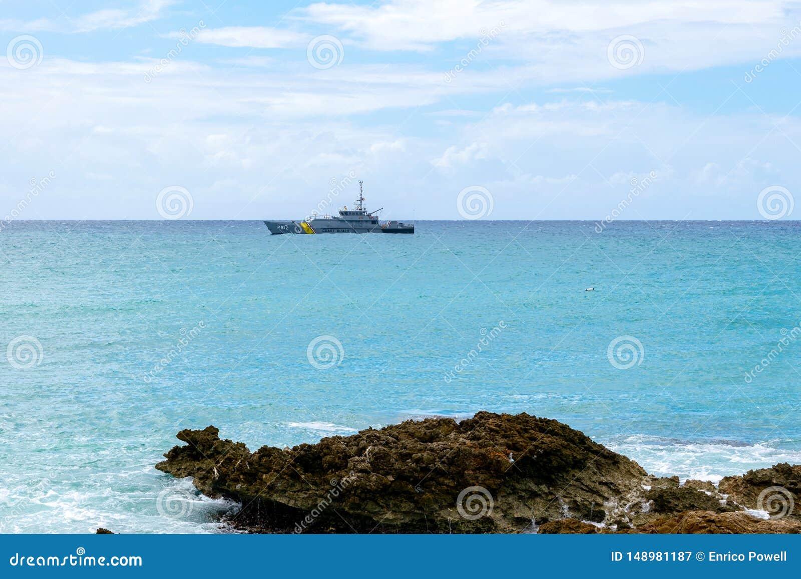 Ηλιόλουστη θερινή ημέρα κατά μήκος της τροπικής ακτής νησιών Καραϊβικής