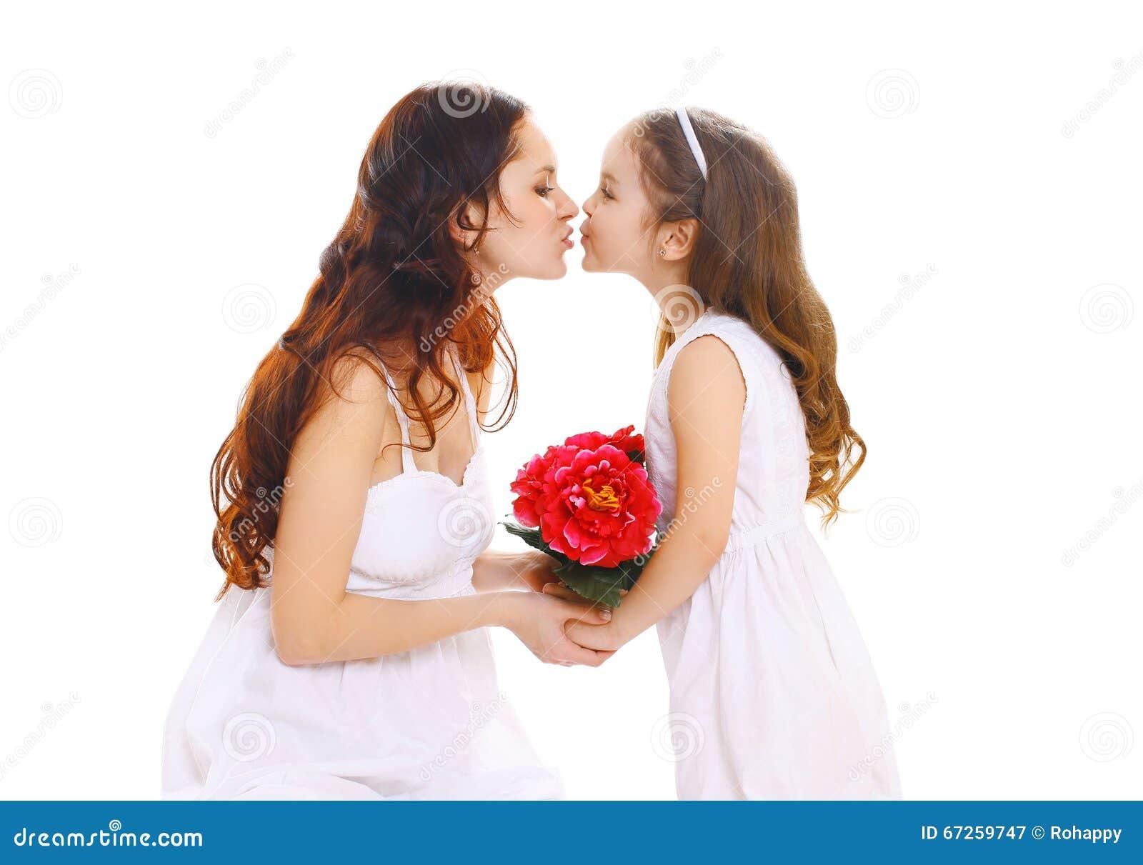 Ημέρα μητέρων, γενέθλια και ευτυχής οικογένεια - η κόρη δίνει τη μητέρα λουλουδιών