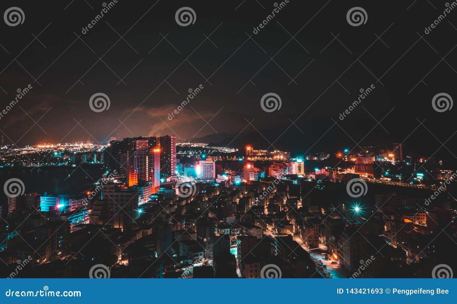 ημισεληνοειδής βροχή νύχτας πόλεων