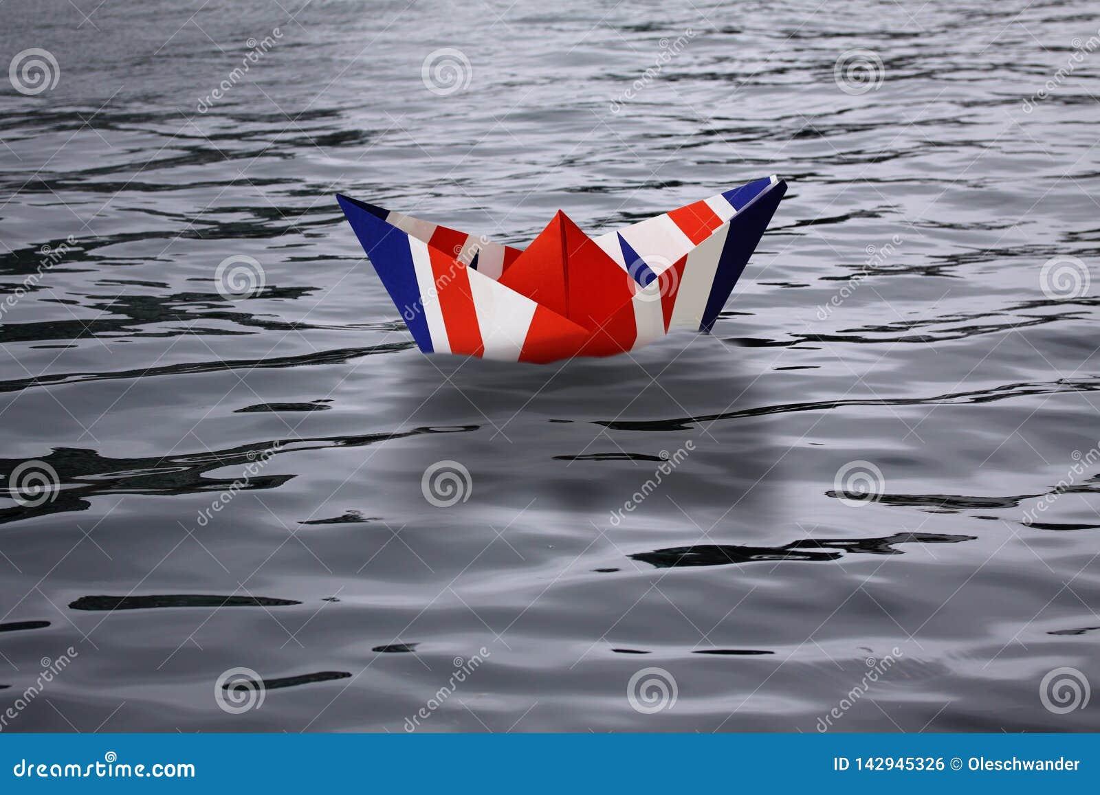 Ηνωμένο Βασίλειο που πλέει μόνο στη θάλασσα όπως ένα σκάφος εγγράφου κάνω ως αγγλική σημαία Union Jack - έννοια Brexit που παρουσ