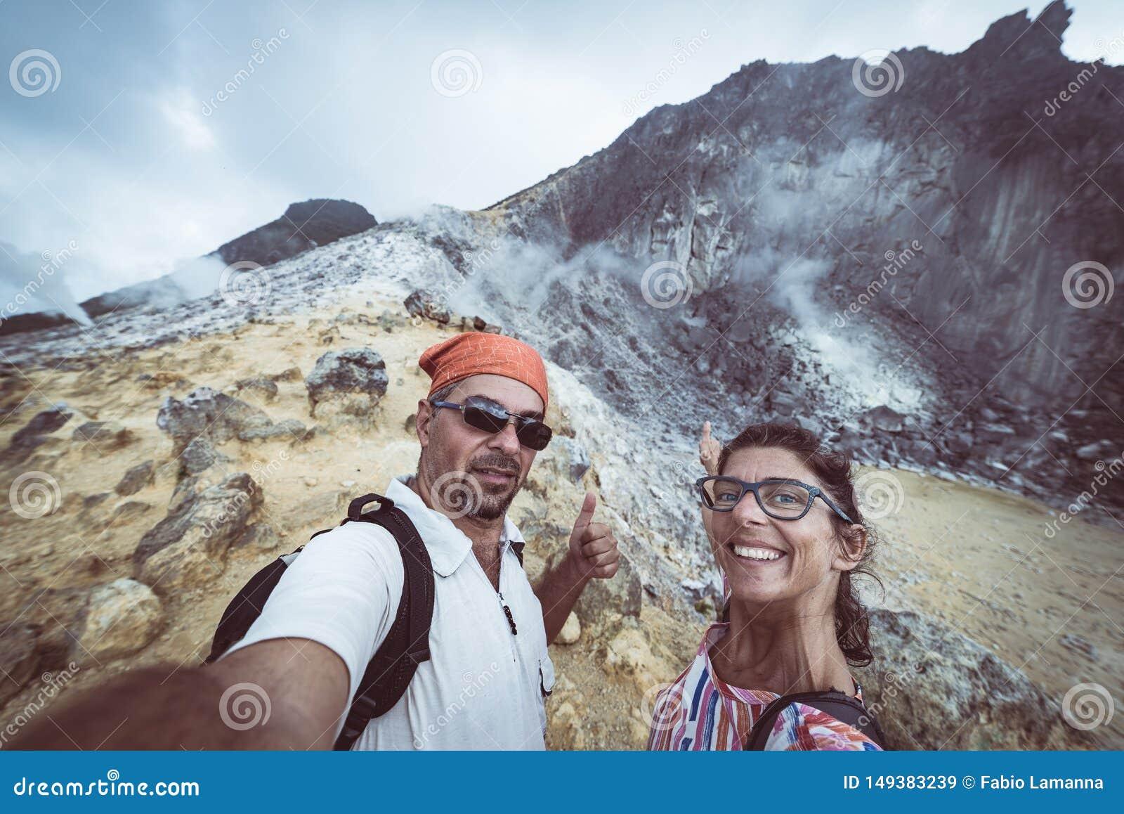 Ηφαίστειο Sibayak, ενεργό caldera που βράζουν στον ατμό, διάσημο ορόσημο προορισμού ταξιδιού φυσικό και τουριστικό αξιοθέατο σε B