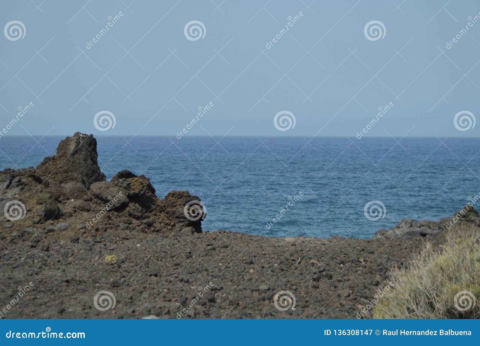 Ηφαιστειακοί βράχοι στους σκοπέλους των NAO (Εθνικός Οργανισμός Διαιτησίας) Puerto στην πόλη του Los Llanos Ταξίδι, φύση, τοπία 1