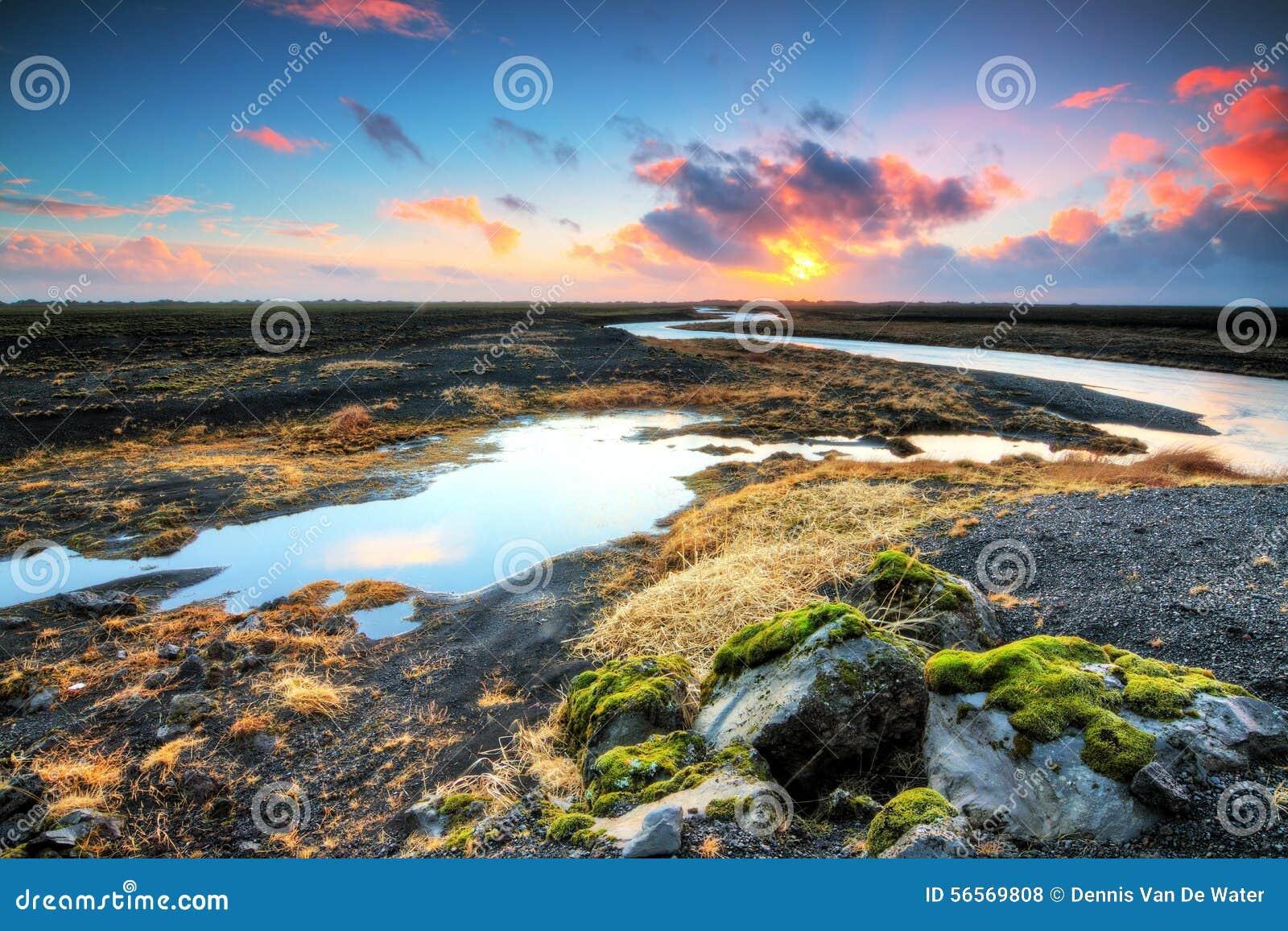 Download Ηφαιστειακός ποταμός ανατολής Στοκ Εικόνες - εικόνα από dusk, ουρανός: 56569808