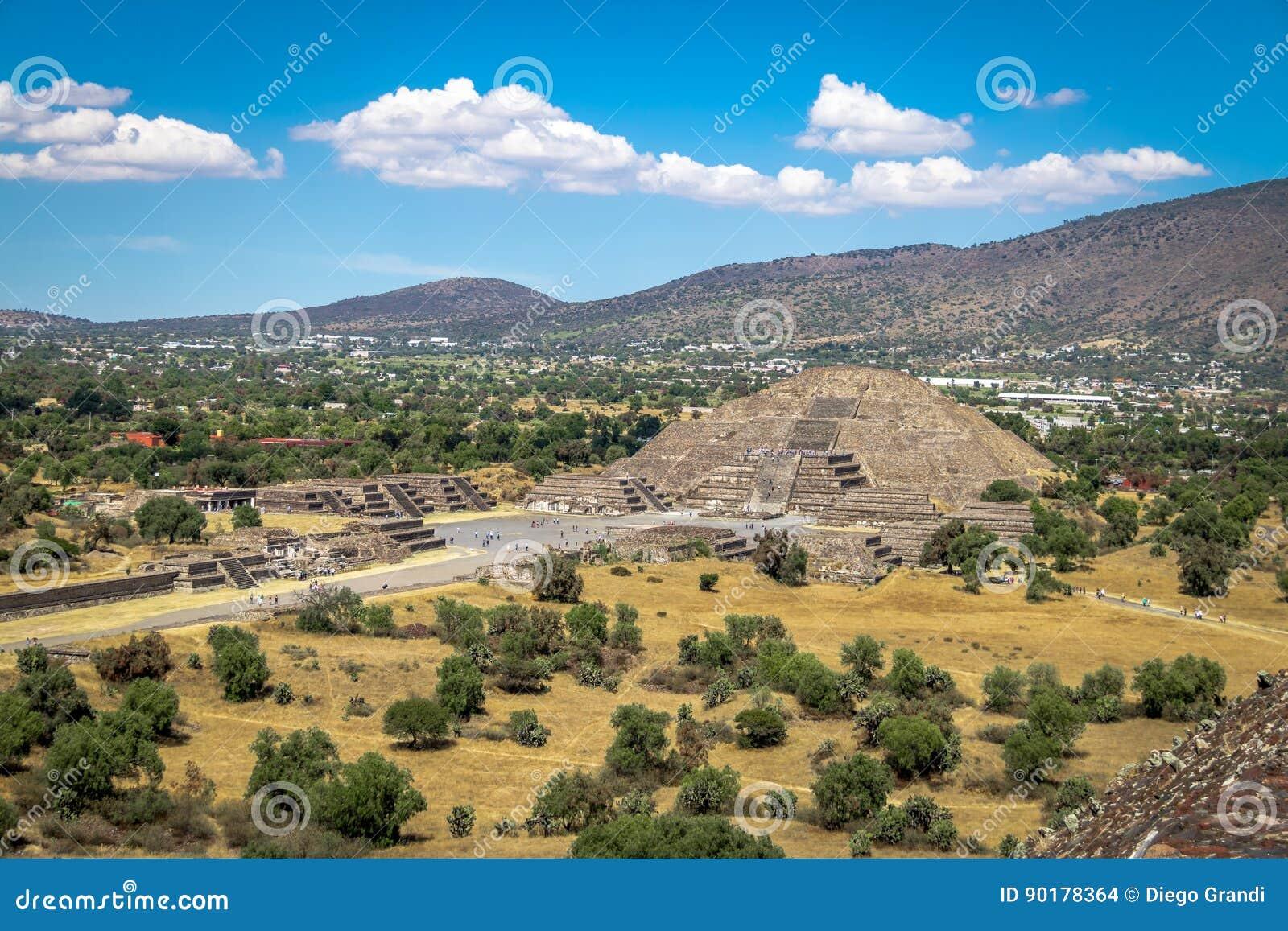 Η άποψη άνωθεν της νεκρής πυραμίδας λεωφόρων και φεγγαριών σε Teotihuacan καταστρέφει - Πόλη του Μεξικού, Μεξικό