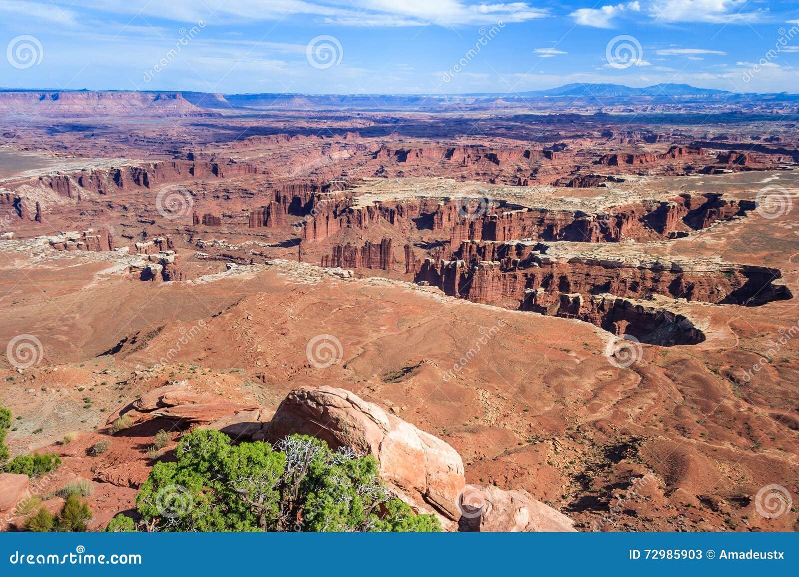 Η άποψη του ποταμού του Κολοράντο και το εθνικό πάρκο Canyonlands από το νεκρό σημείο αλόγων αγνοούν τη Γιούτα ΗΠΑ