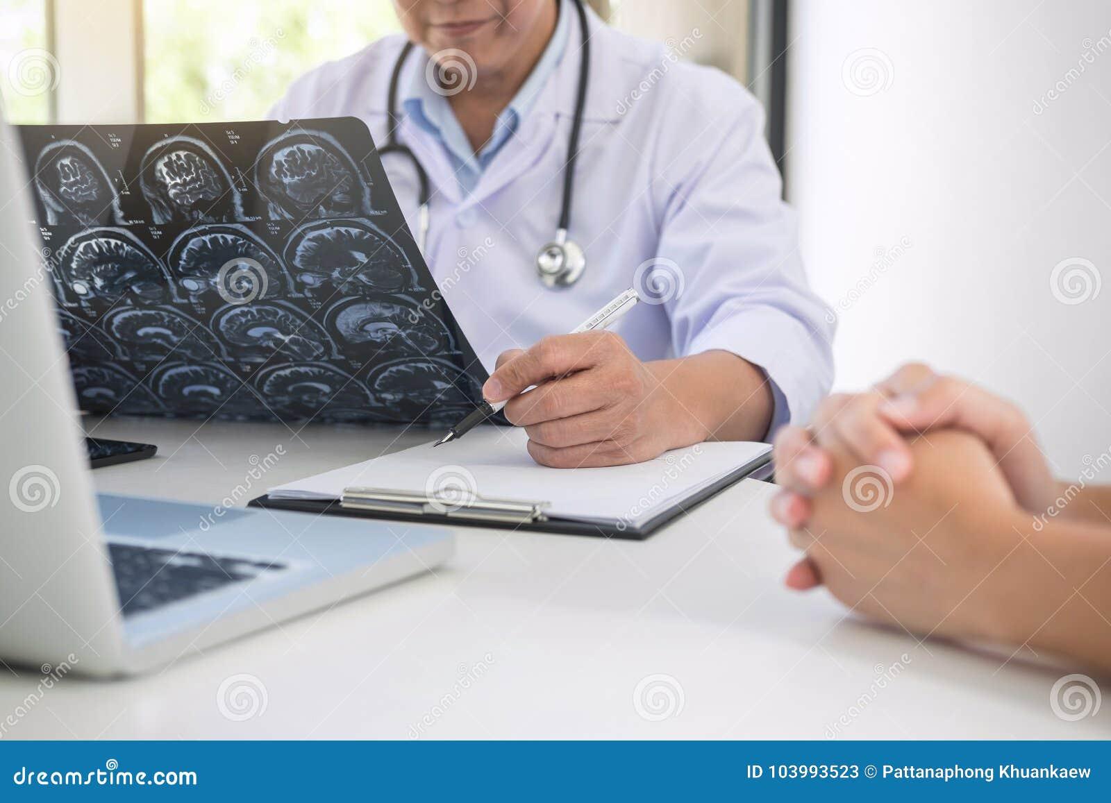 Η έκθεση καθηγητή Doctor και συστήνει μια μέθοδο με το υπομονετικό trea