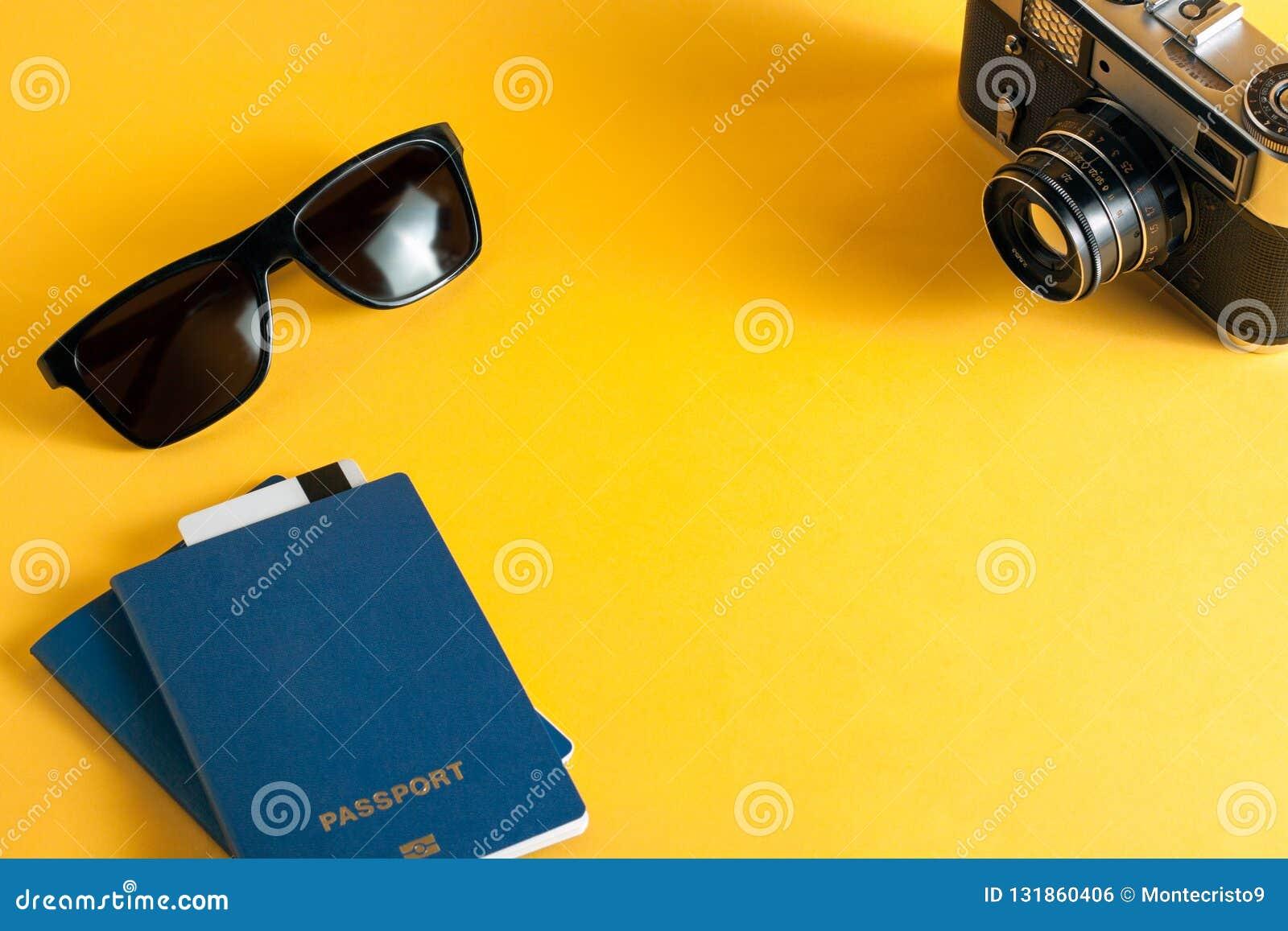 Η έννοια του ελεύθερου χρόνου και του τουρισμού βιομετρικές διαβατήριο, γυαλιά ηλίου και προμήθειες για τους ταξιδιώτες