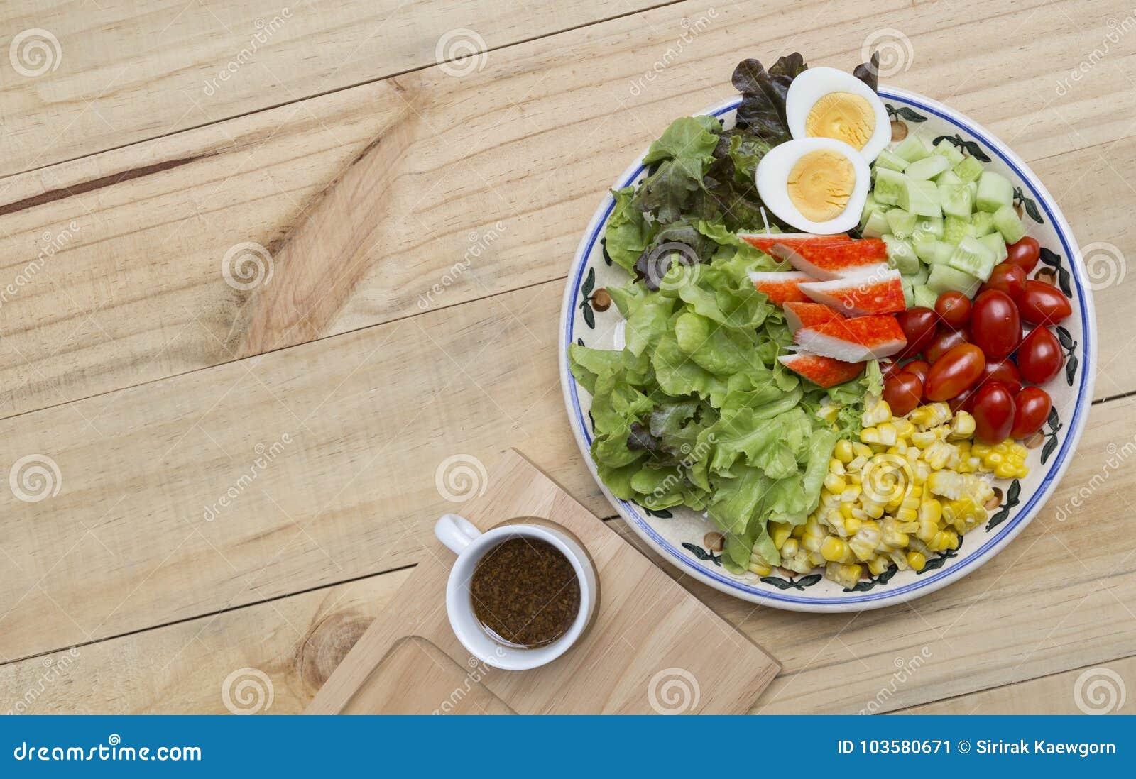 Η έννοια υγιών και τροφίμων διατροφής, φρέσκο μικτό λαχανικό με βράζει τη σαλάτα ραβδιών αυγών και καβουριών με την ιαπωνική σάλτ