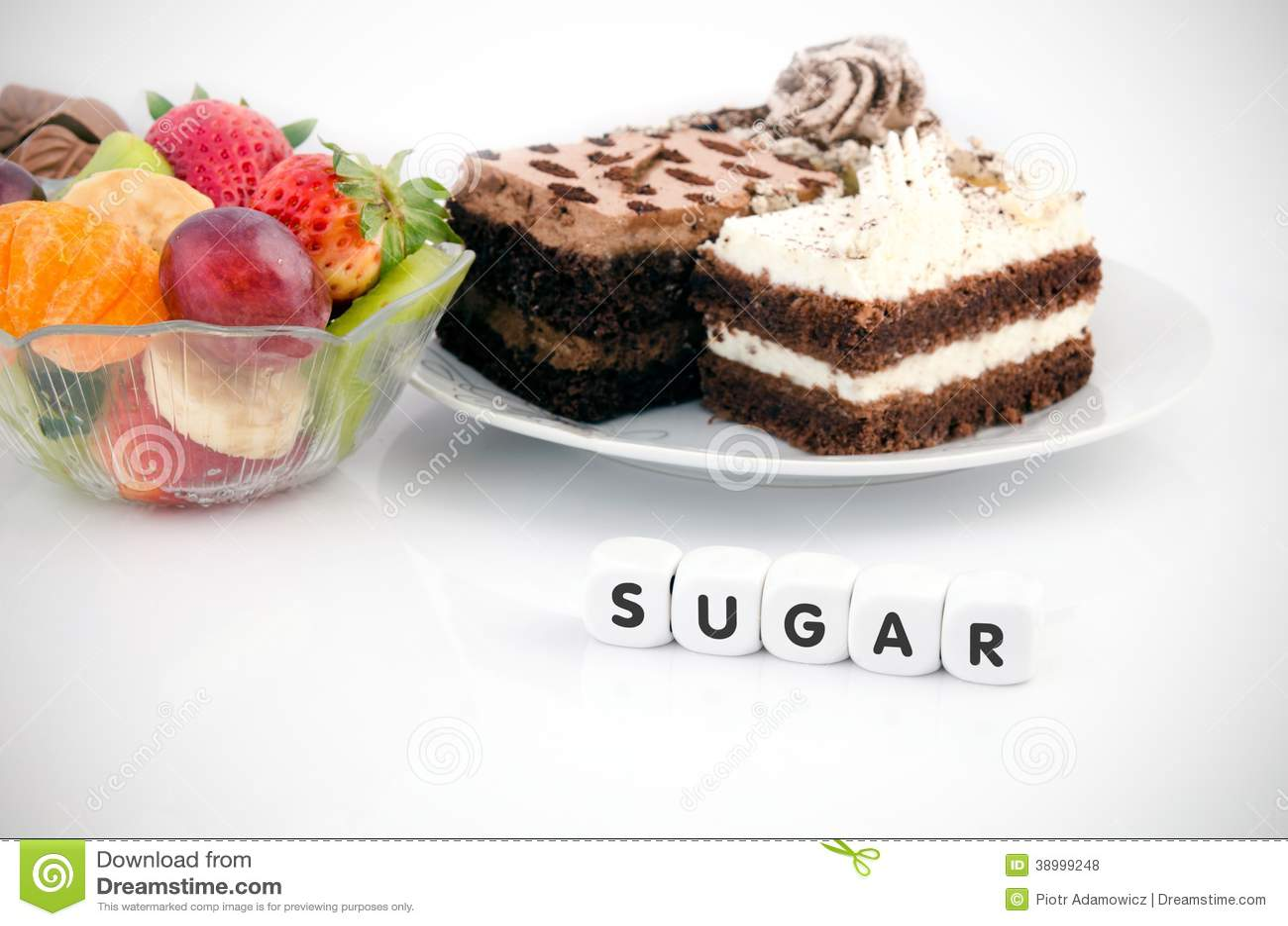 Η λέξη ζάχαρης χωρίζει σε τετράγωνα επάνω. Κέικ και φρούτα στο υπόβαθρο
