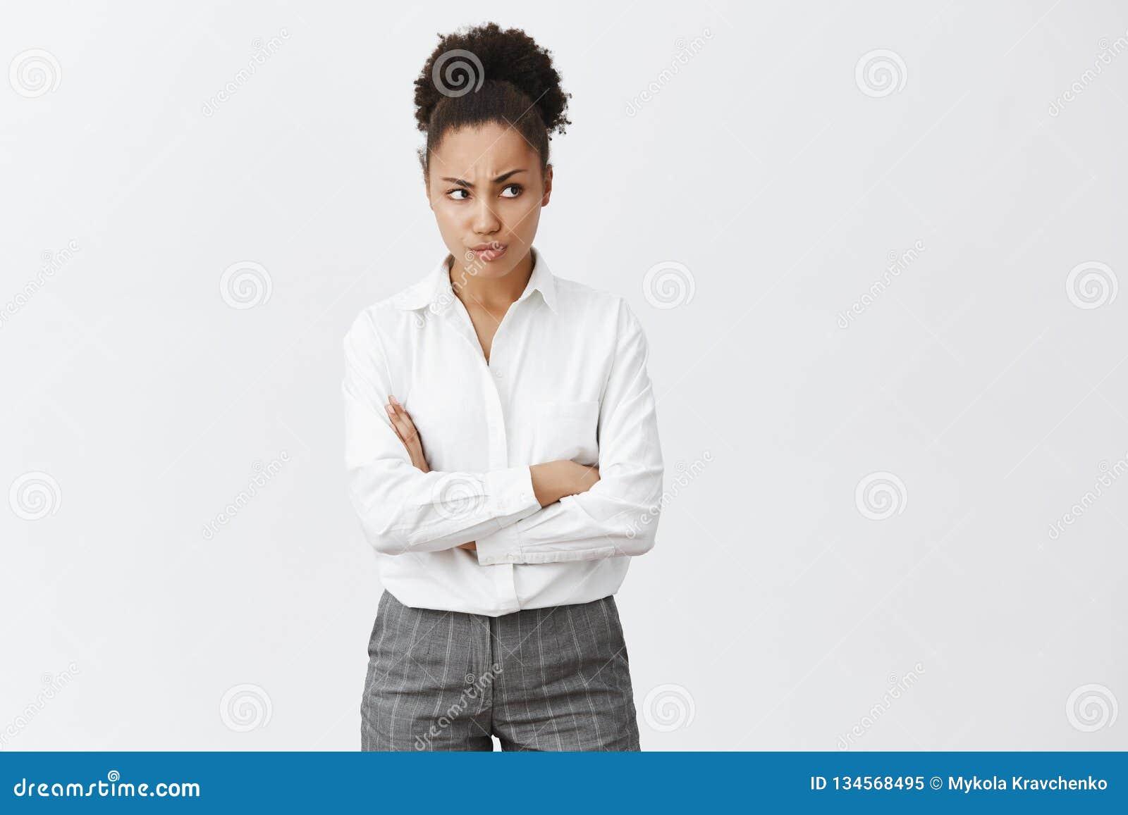 Η έξυπνη θηλυκή διαπραγμάτευση σκέψης επιχειρηματιών είναι ύποπτη, έχοντας τη δυσπιστία στην προσφορά συνέταιρων Έντονος αμφισβητ