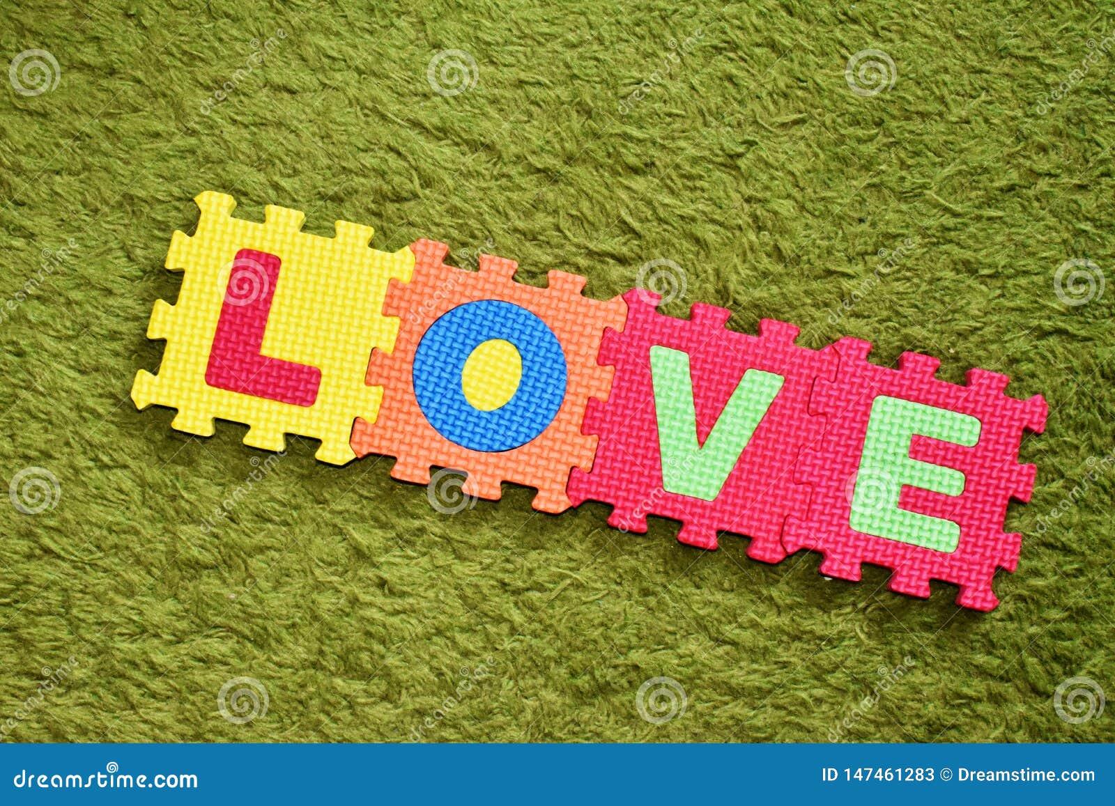 Η αγάπη λέξης που γράφεται με έναν ζωηρόχρωμο γρίφο των παιδιών