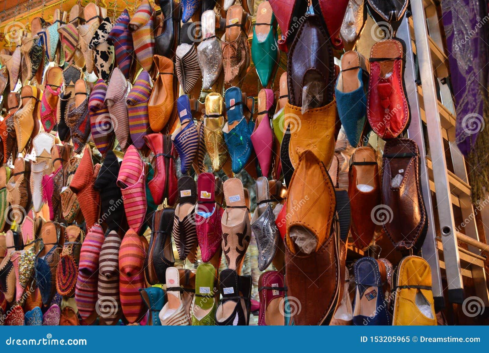Η αγορά στο Μαρακές που παρουσιάζει τοπικό χέρι έβαψε τα παπούτσια δέρματος