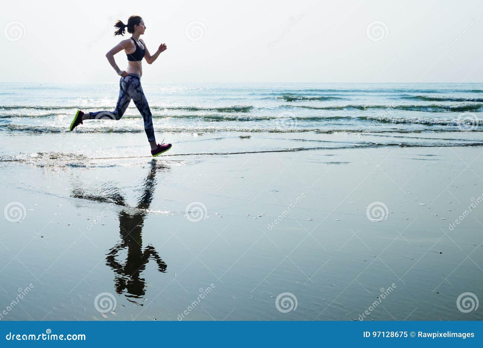 Η αθλητική ορμή άμμου θάλασσας τρεξίματος χαλαρώνει την έννοια παραλιών άσκησης