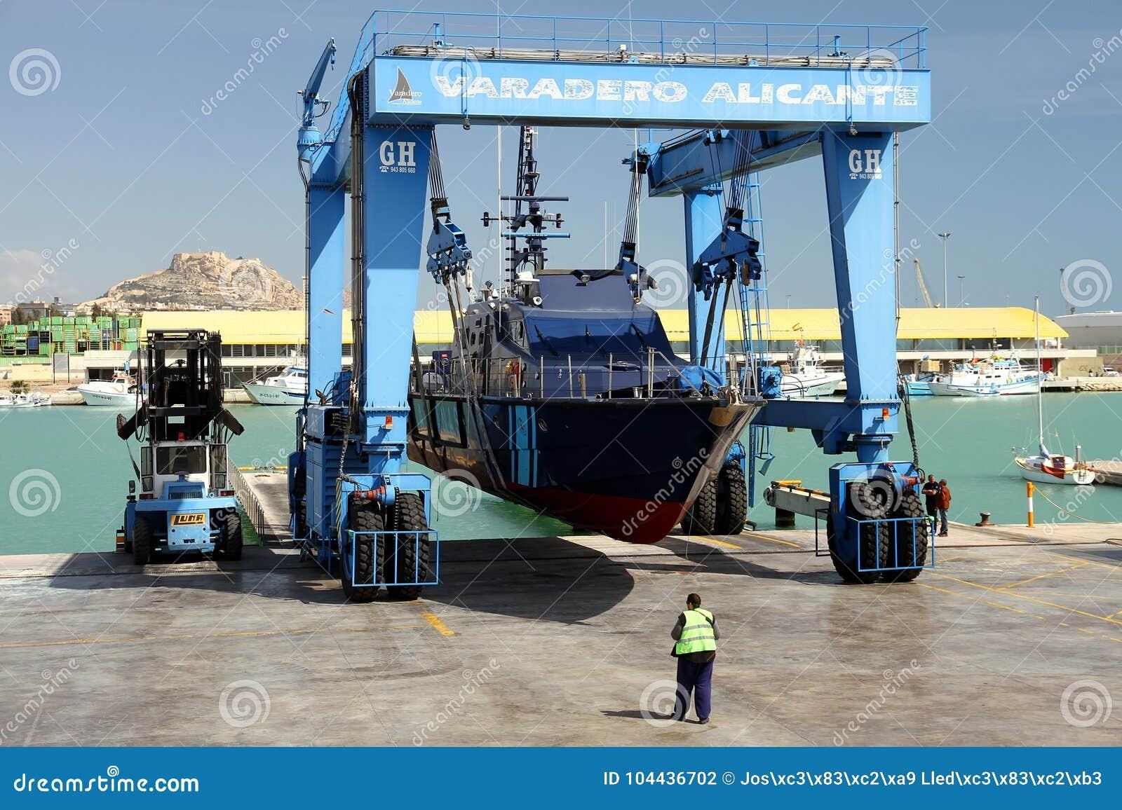 Η ακτοφυλακή του ισπανικού τελωνείου πέρα από ένα travelift πριν από πηγαίνει στο νερό
