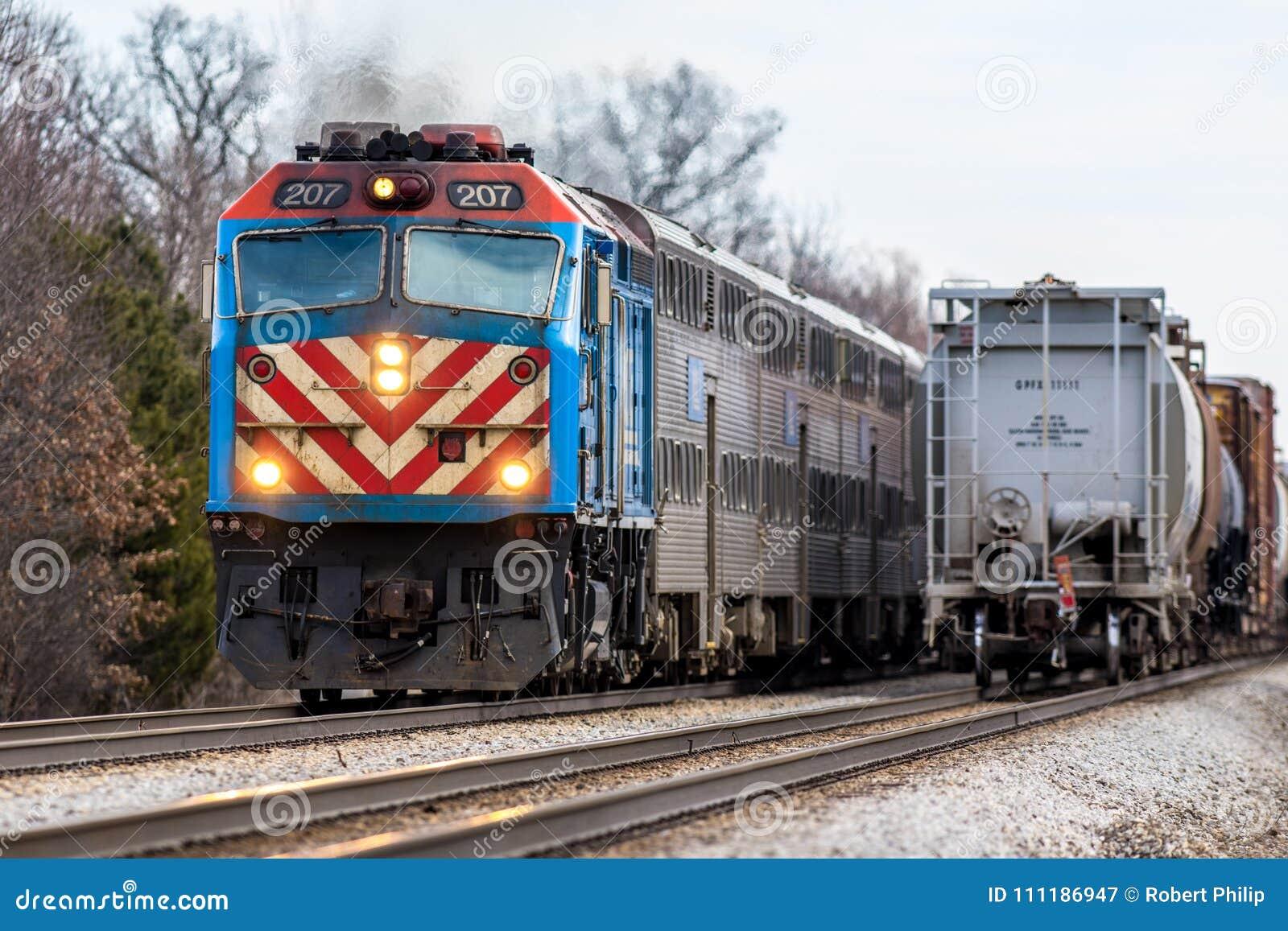 Η αμαξοστοιχία περιφερειακού σιδηροδρόμου Metra περνά το φορτηγό τρένο ανατολικά Joliet