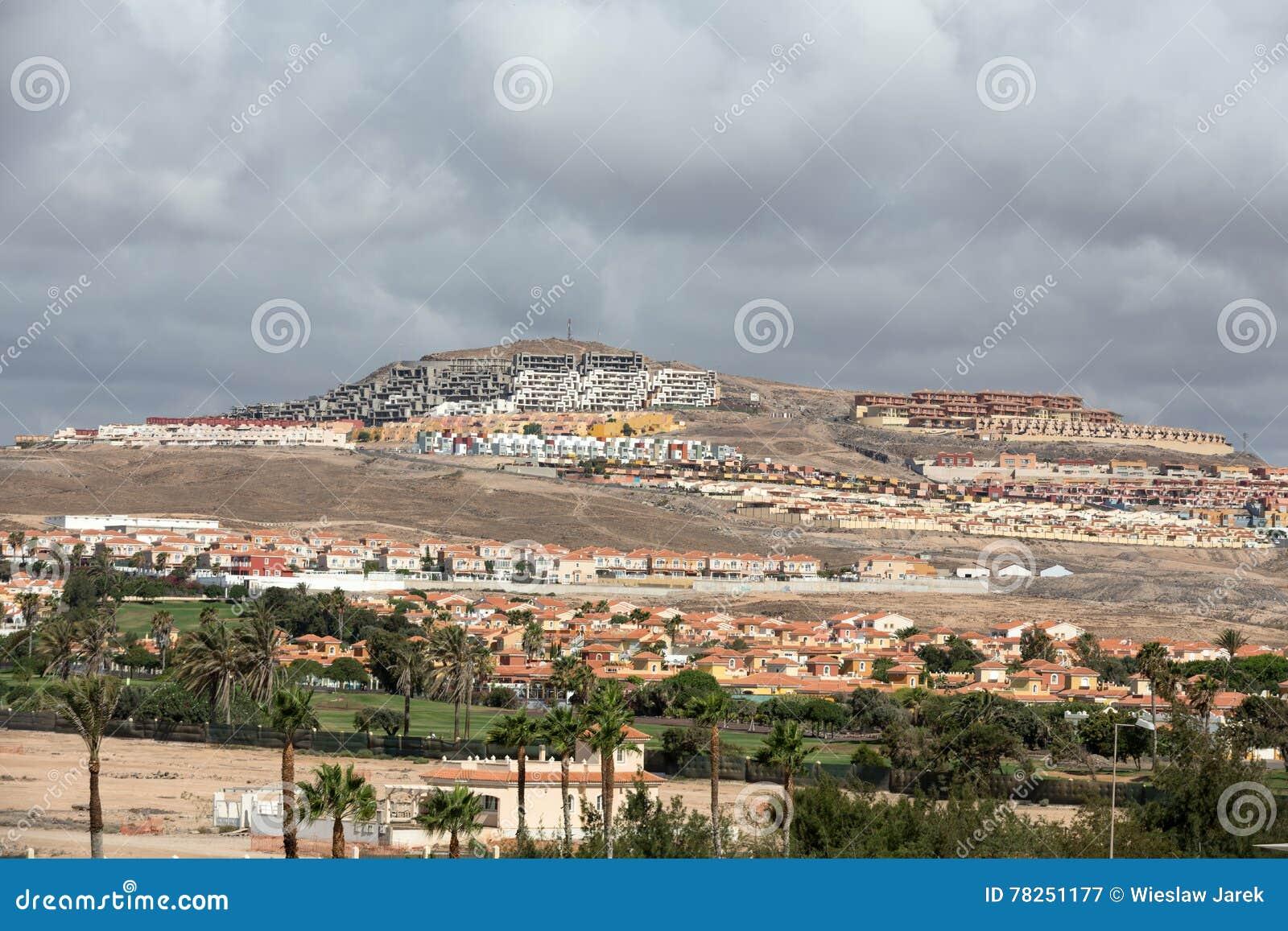 Η ανάπτυξη του κτηρίου στους λόφους γύρω από Caleta de Fuste Fuertevetura