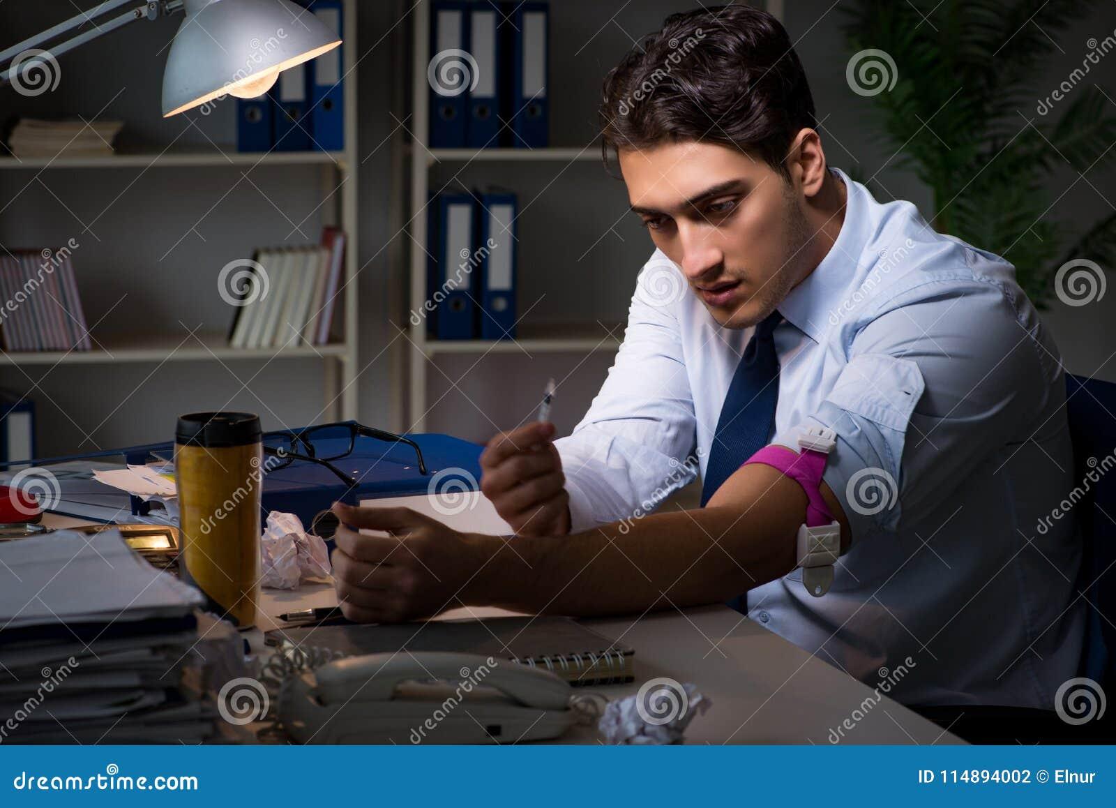 Η ανακουφίζοντας πίεση υπαλλήλων από τις υπερωρίες με τα ναρκωτικά φαρμάκων