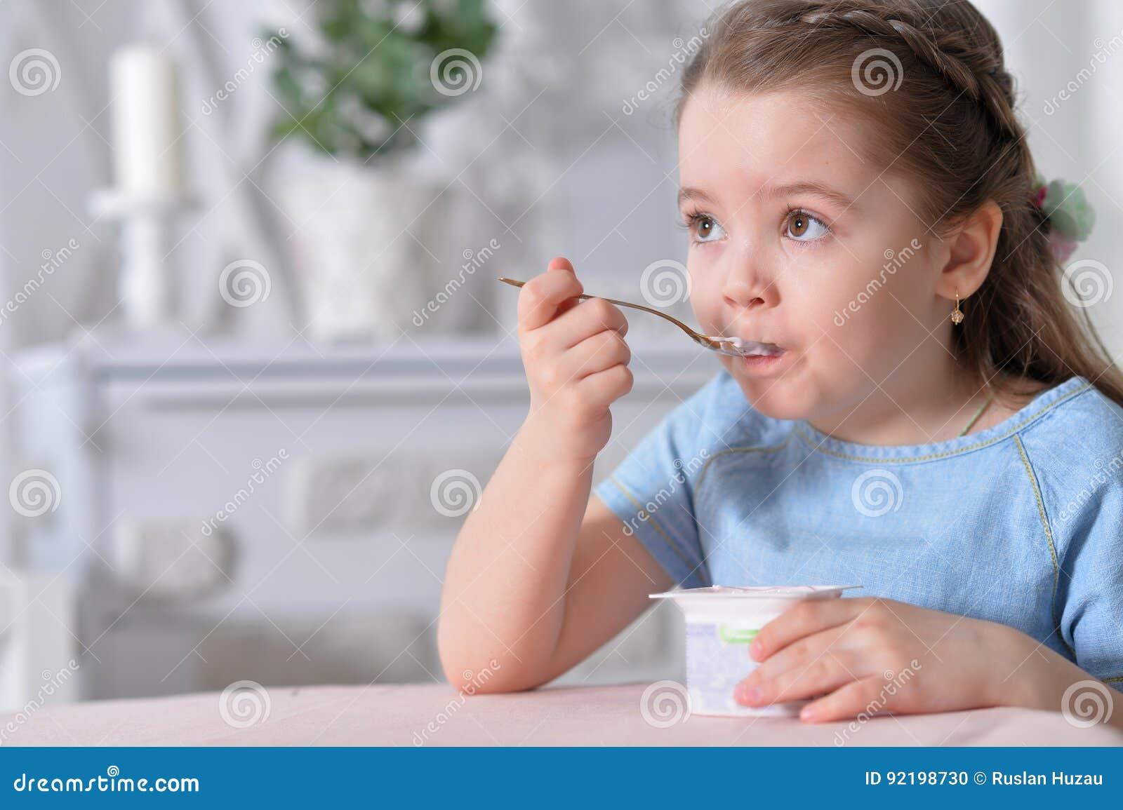 η ανασκόπηση που τρώει το κορίτσι απομόνωσε λίγο άσπρο γιαούρτι