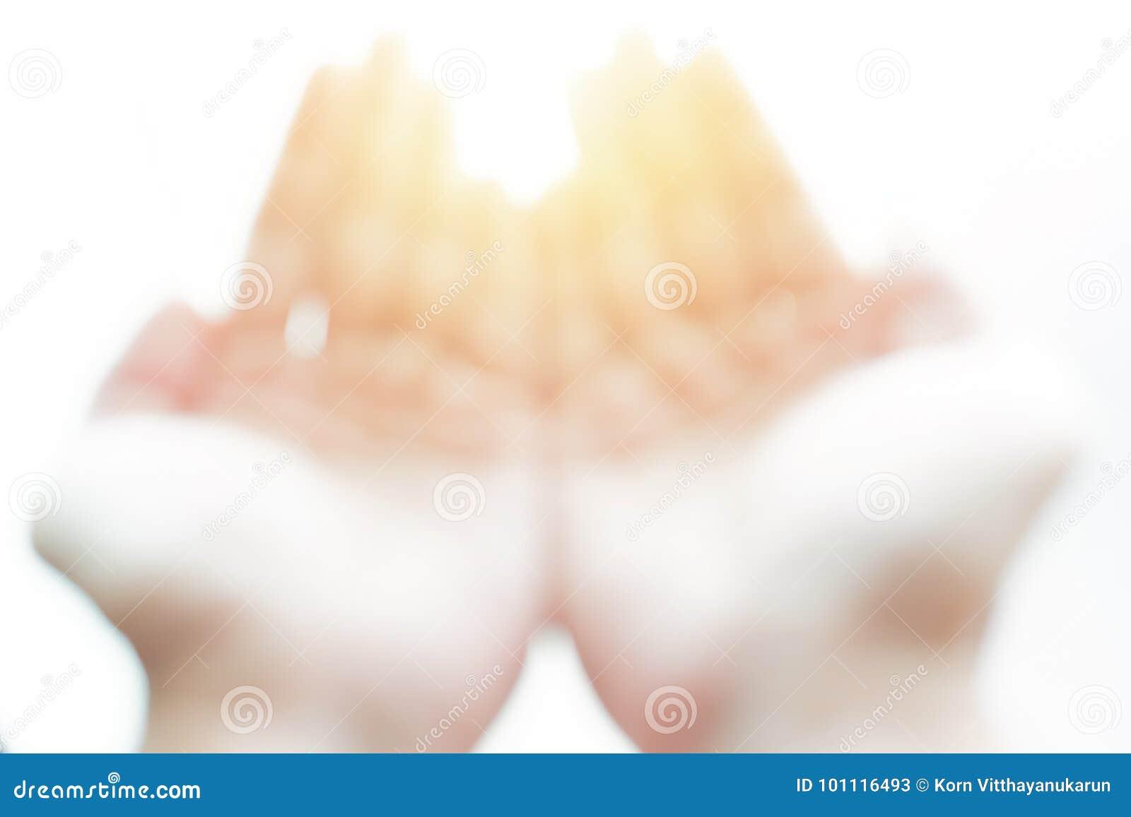 Η ανοικτή παλάμη χεριών θαμπάδων στο λευκό με το μαγικό φως ρωτά το Θεό ή το δώρο από την έννοια ουρανού
