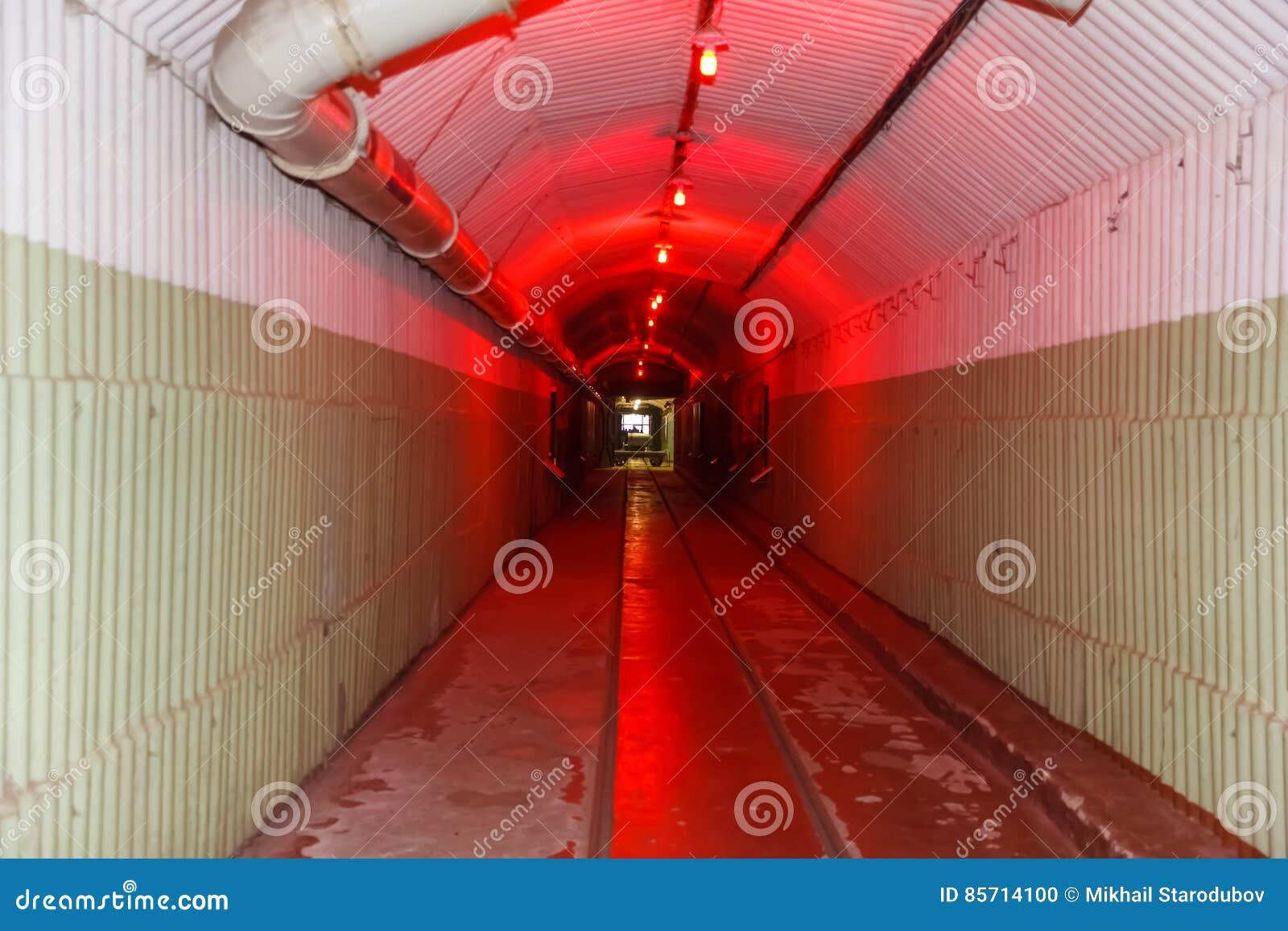 Η αποθήκη από το Ψυχρό Πόλεμο, αντιτίθεται μια υπόγεια υποβρύχια βάση